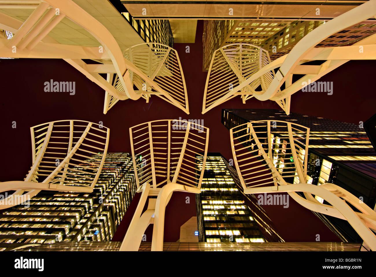 """Guardando verso l'alto dalla strada per l'acciaio """"alberi"""" scultura e edifici ad alta lungo il Immagini Stock"""