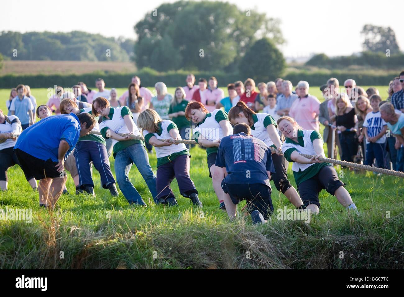 Onorevoli competere a Tiddington versus Ickford annuale di inter-villaggio rimorchiatore della guerra attraverso Immagini Stock