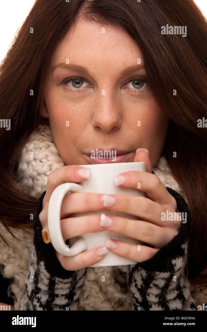 Donna con bevanda calda Foto Stock