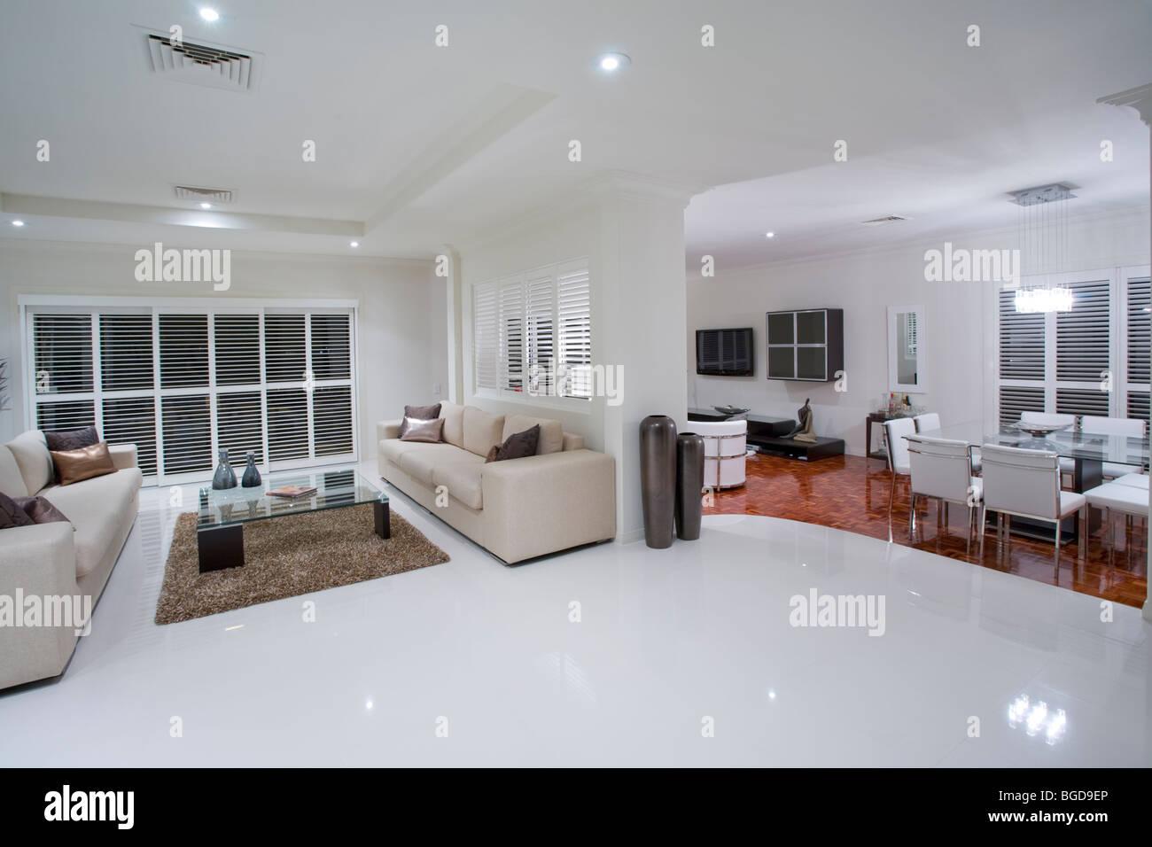 Lussuose stanze di soggiorno con tavolo da pranzo in background foto immagine stock 27337710 - Stanze da pranzo moderne ...