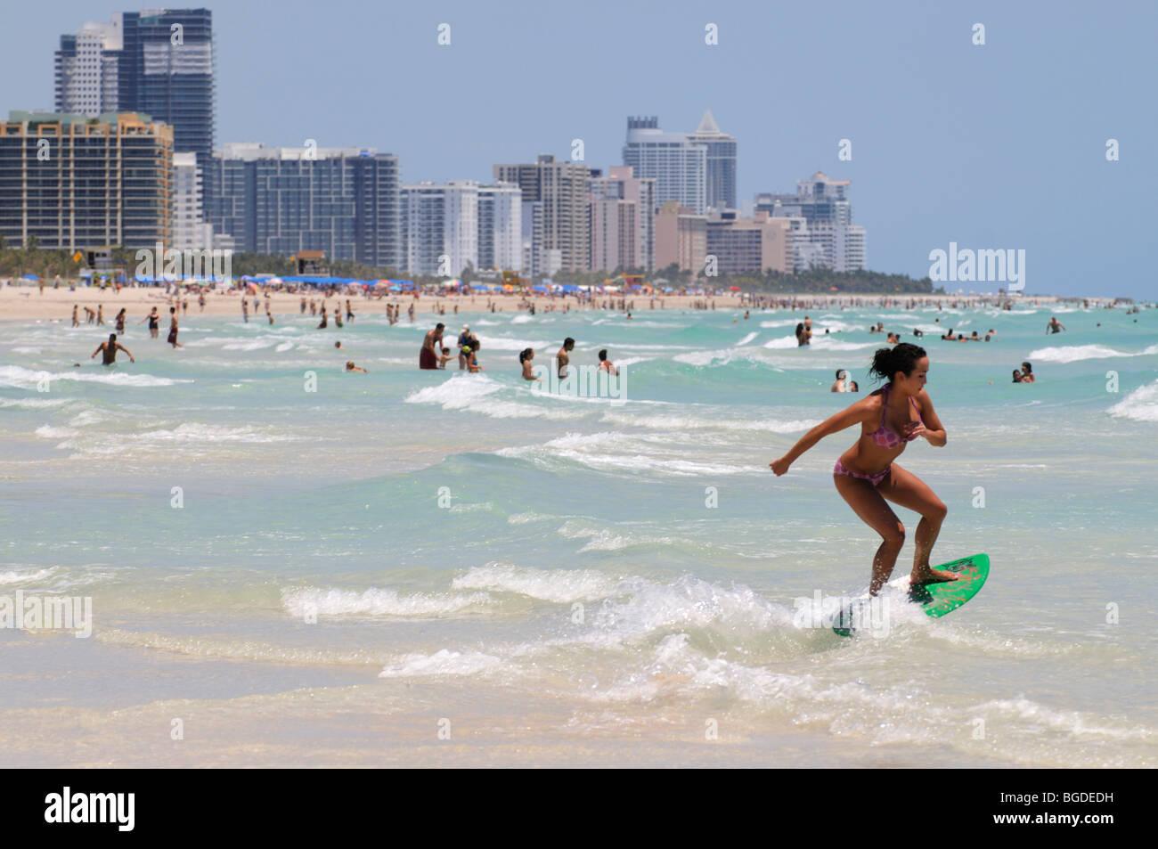 Surfer, skimboarder, South Beach di Miami, Art Deco district, Florida, Stati Uniti d'America Immagini Stock