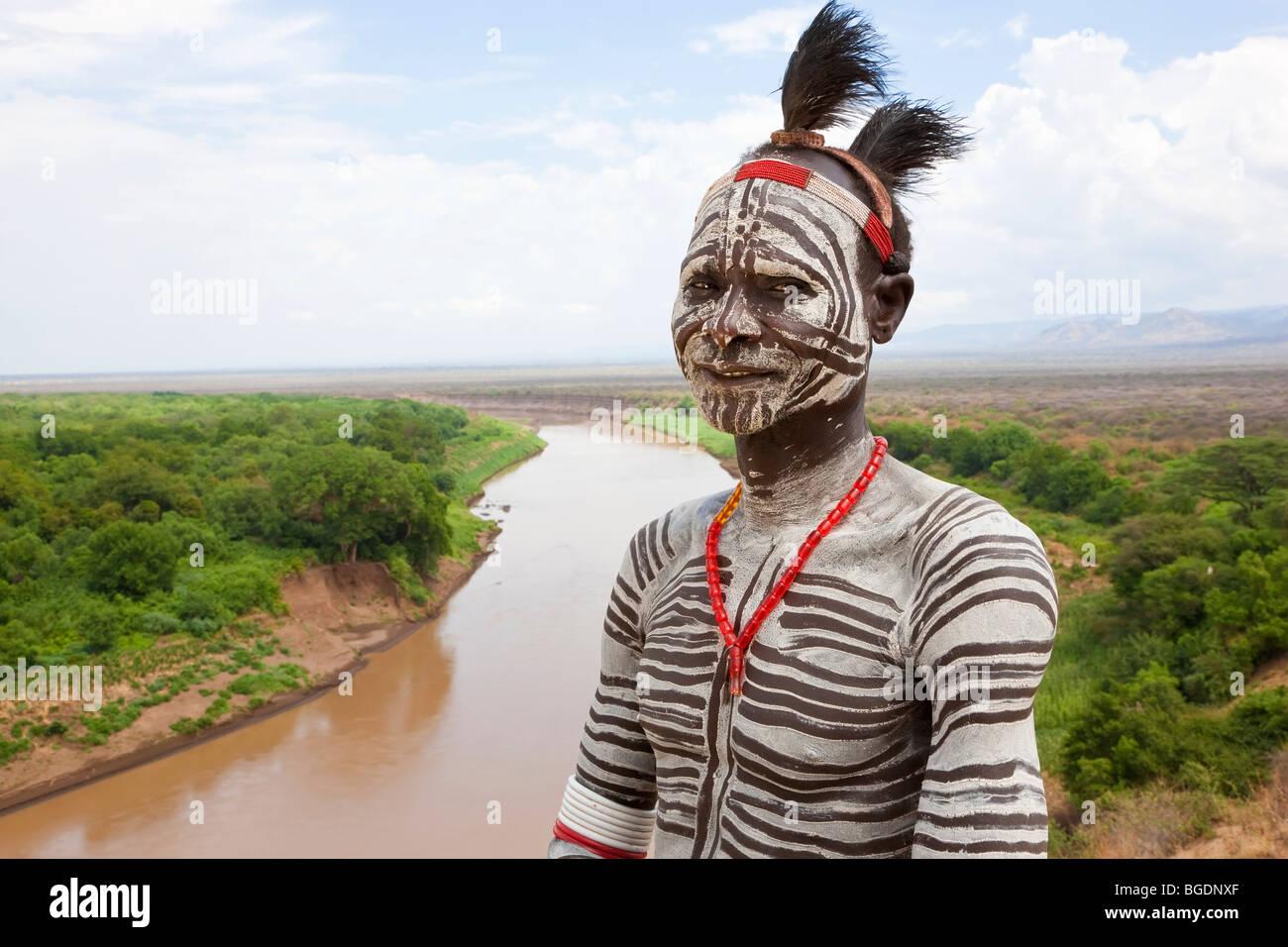 Karo tribesman con verniciatura scocca, Valle dell'Omo, Etiopia Immagini Stock