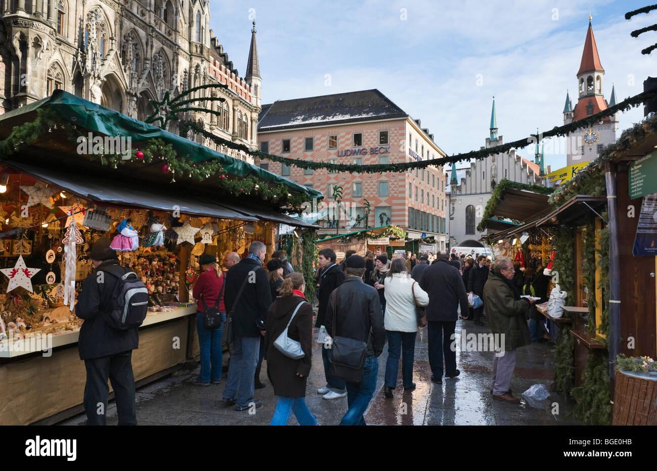Il Mercatino di Natale a Marienplatz con il nuovo Municipio a sinistra e il Municipio della Città Vecchia dietro, Immagini Stock