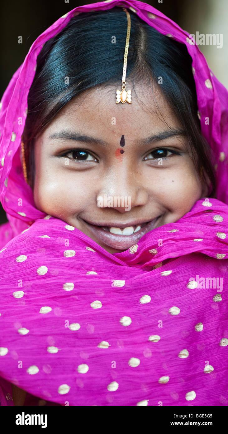 Felice sorridente ragazza indiana indossando uno scialle nero Immagini Stock