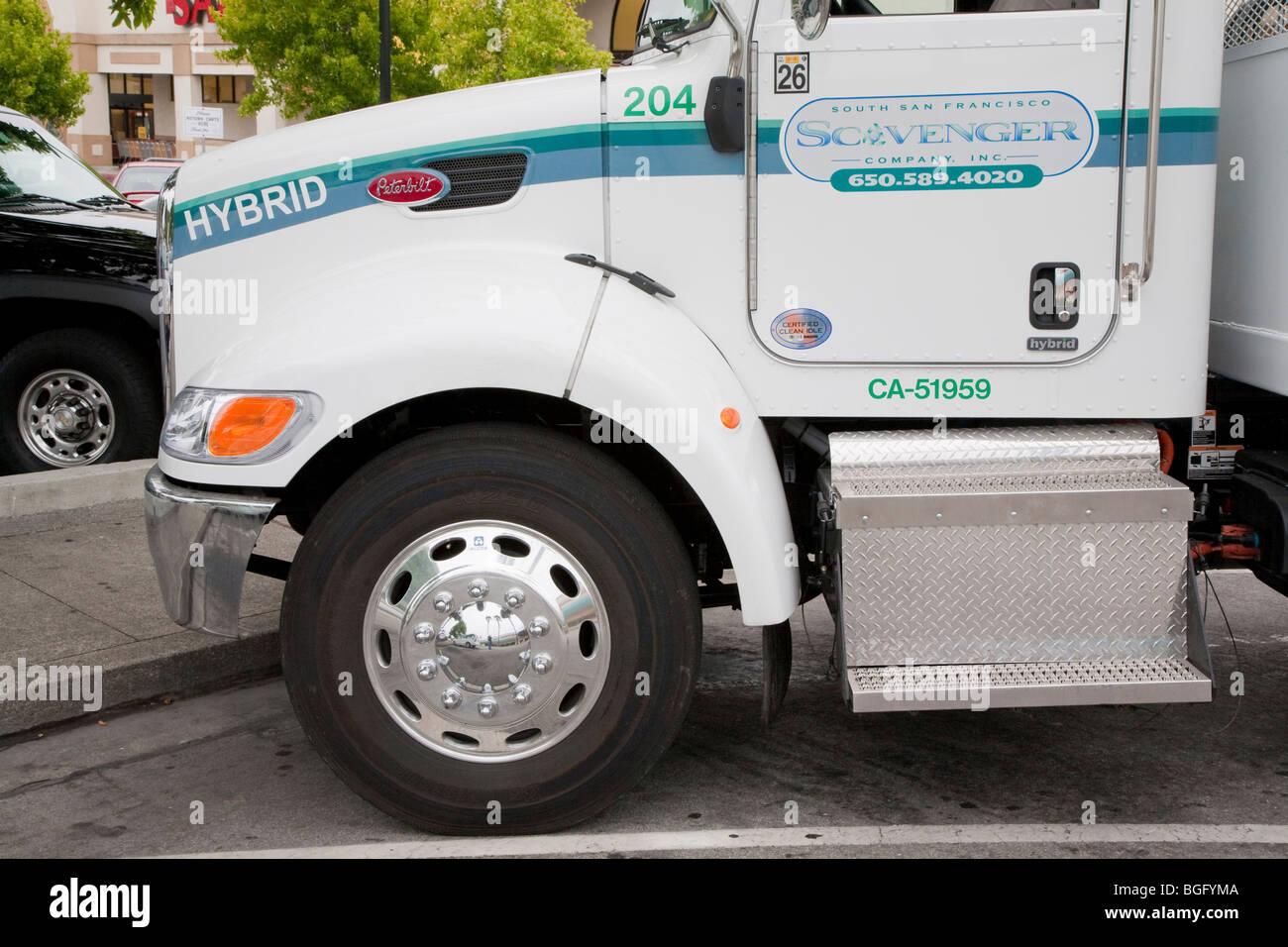 Chiusura del cofano di Peterbilt Hybrid Electric (HA) modello di carrello 330 Classe 6 veicolo. In California, Stati Immagini Stock