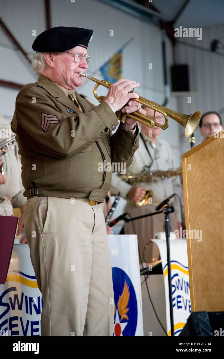 Trombettista effettivo dalla II guerra mondiale che ha giocato i rubinetti durante la liberazione nazista in campo Immagini Stock