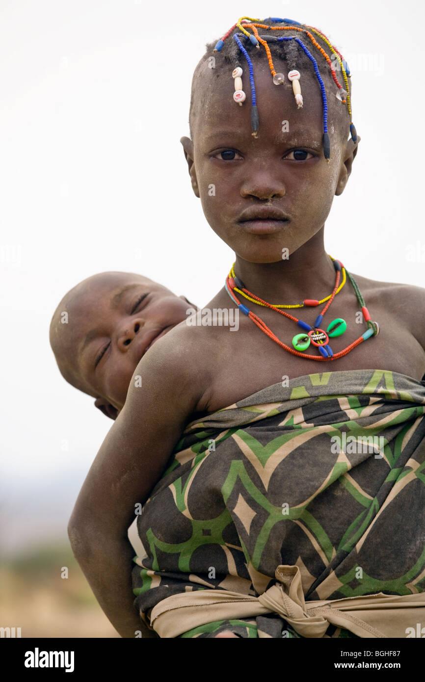 I bambini del gruppo etnico Owambo, Namibia settentrionale Immagini Stock