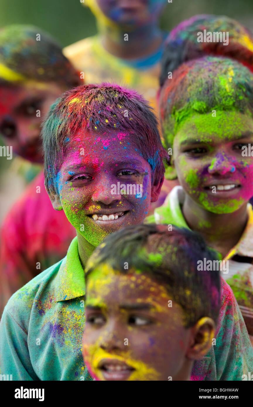 Giovani indiani ragazzi coperti di polvere colorata pigmento. India Immagini Stock