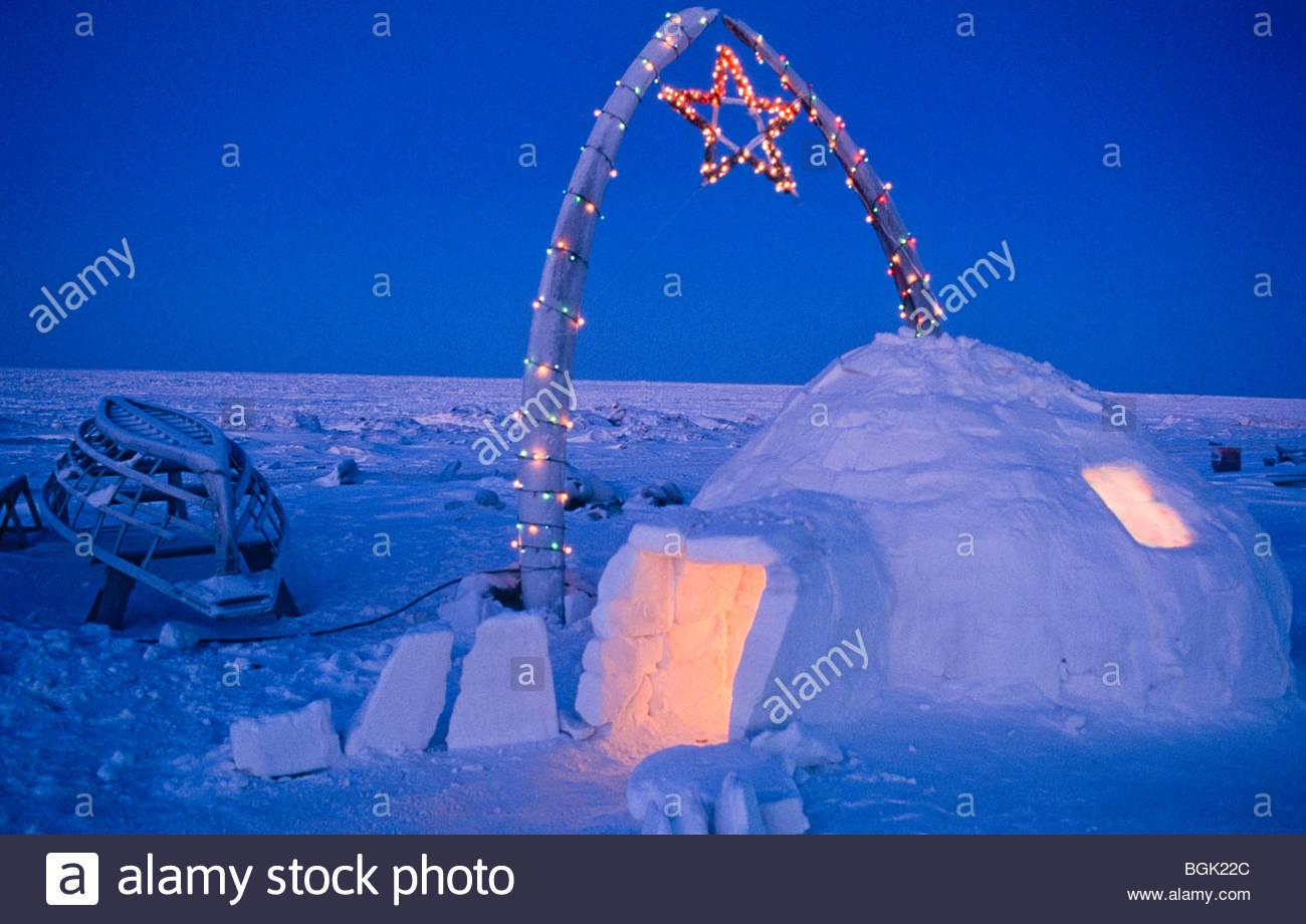 Alaska . Barrow . Igloo e ossa di balena adornata con le luci di Natale . Immagini Stock