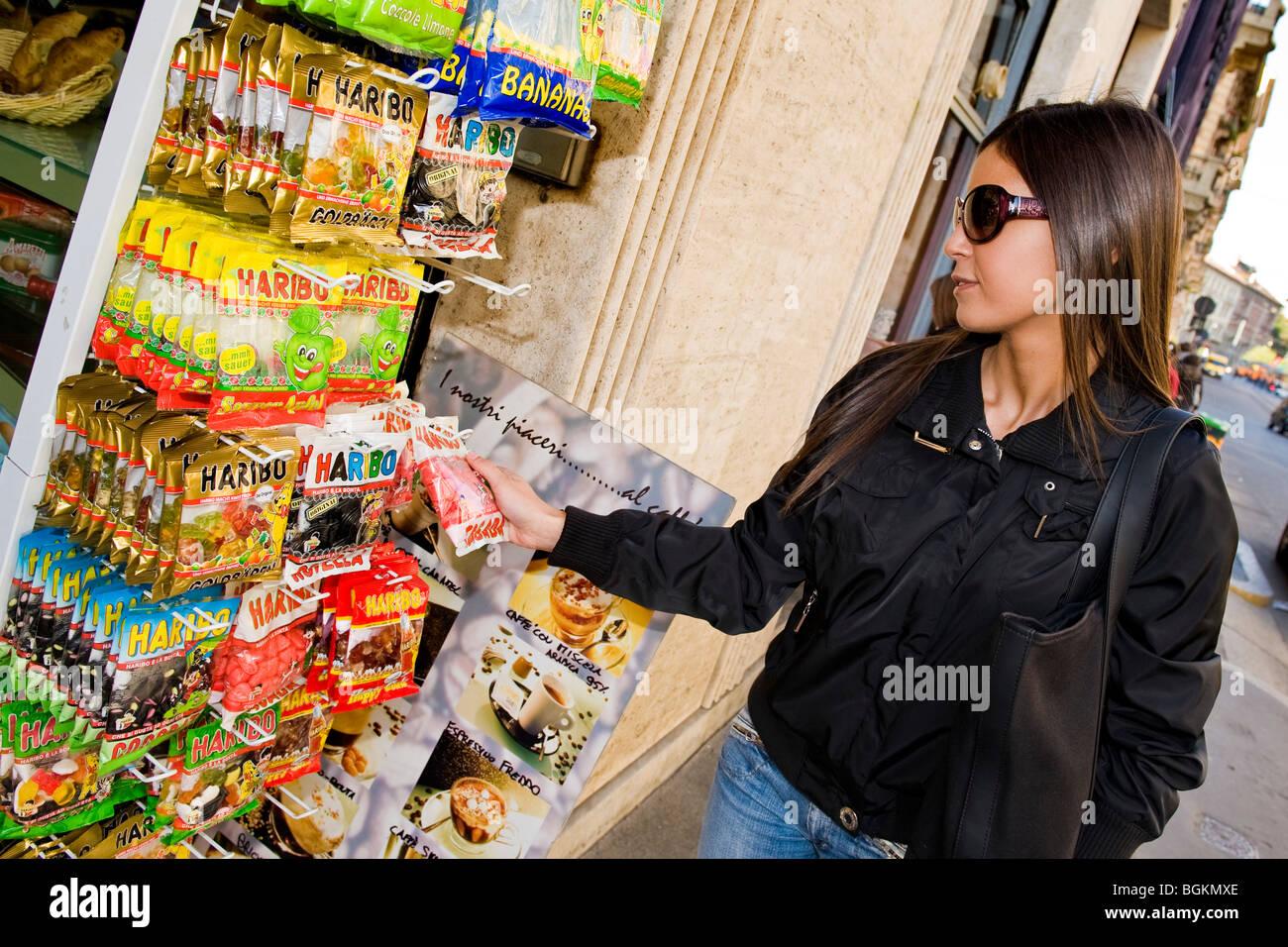 Ragazza vicino sweetshop, Milano, Italia Foto Stock