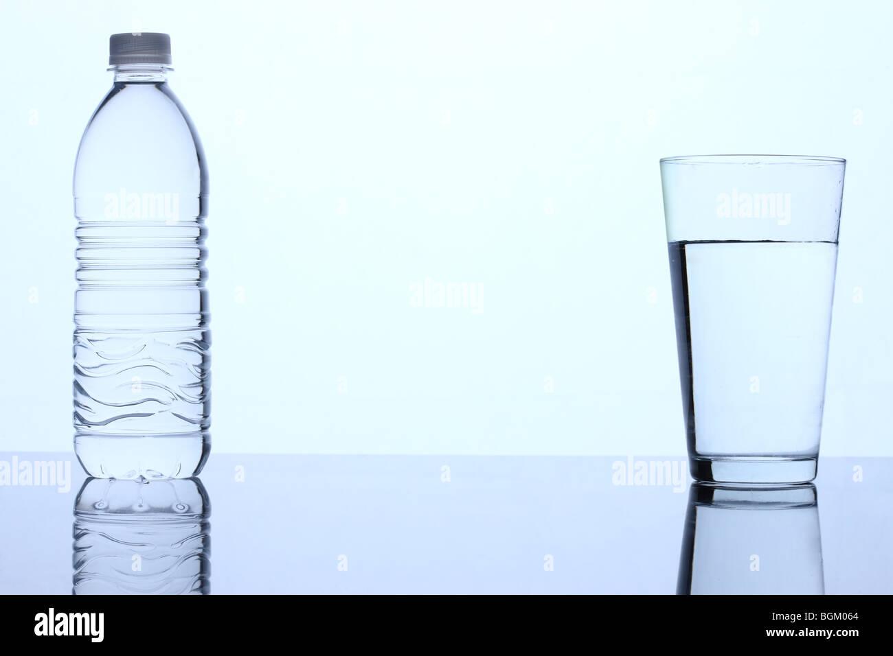 Bottiglia di acqua e un bicchiere di acqua Immagini Stock