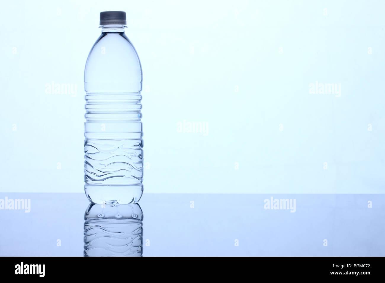 Bottiglia di acqua tonalità blu Immagini Stock