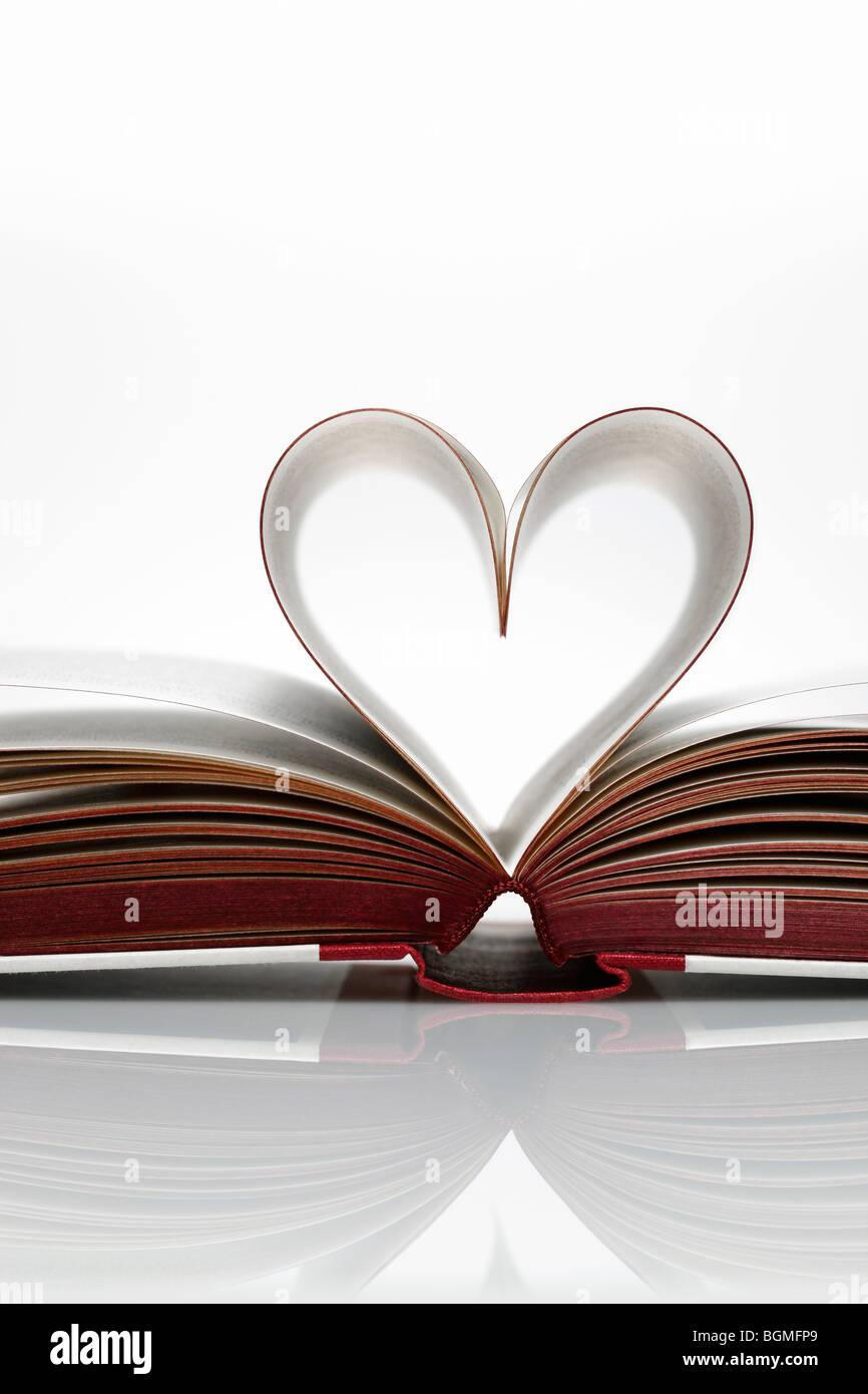 Pagine di un libro a forma di cuore Immagini Stock