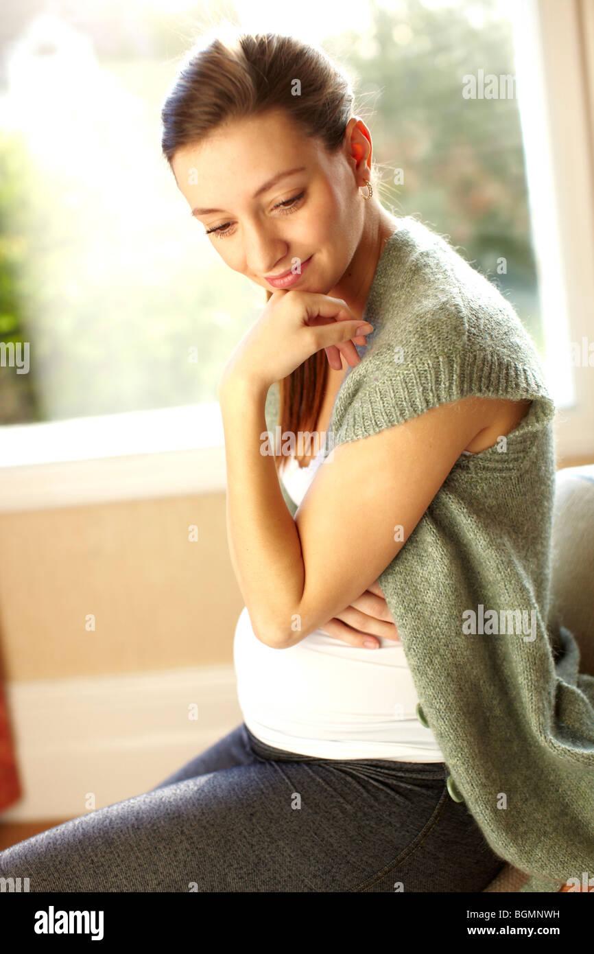 Contenuto della donna in stato di gravidanza Immagini Stock
