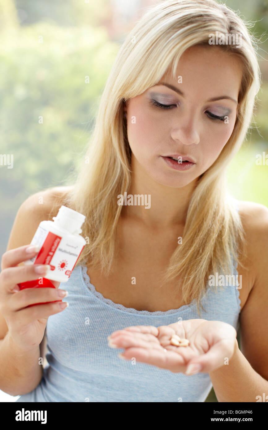 Ragazza di prendere le compresse di vitamina Immagini Stock