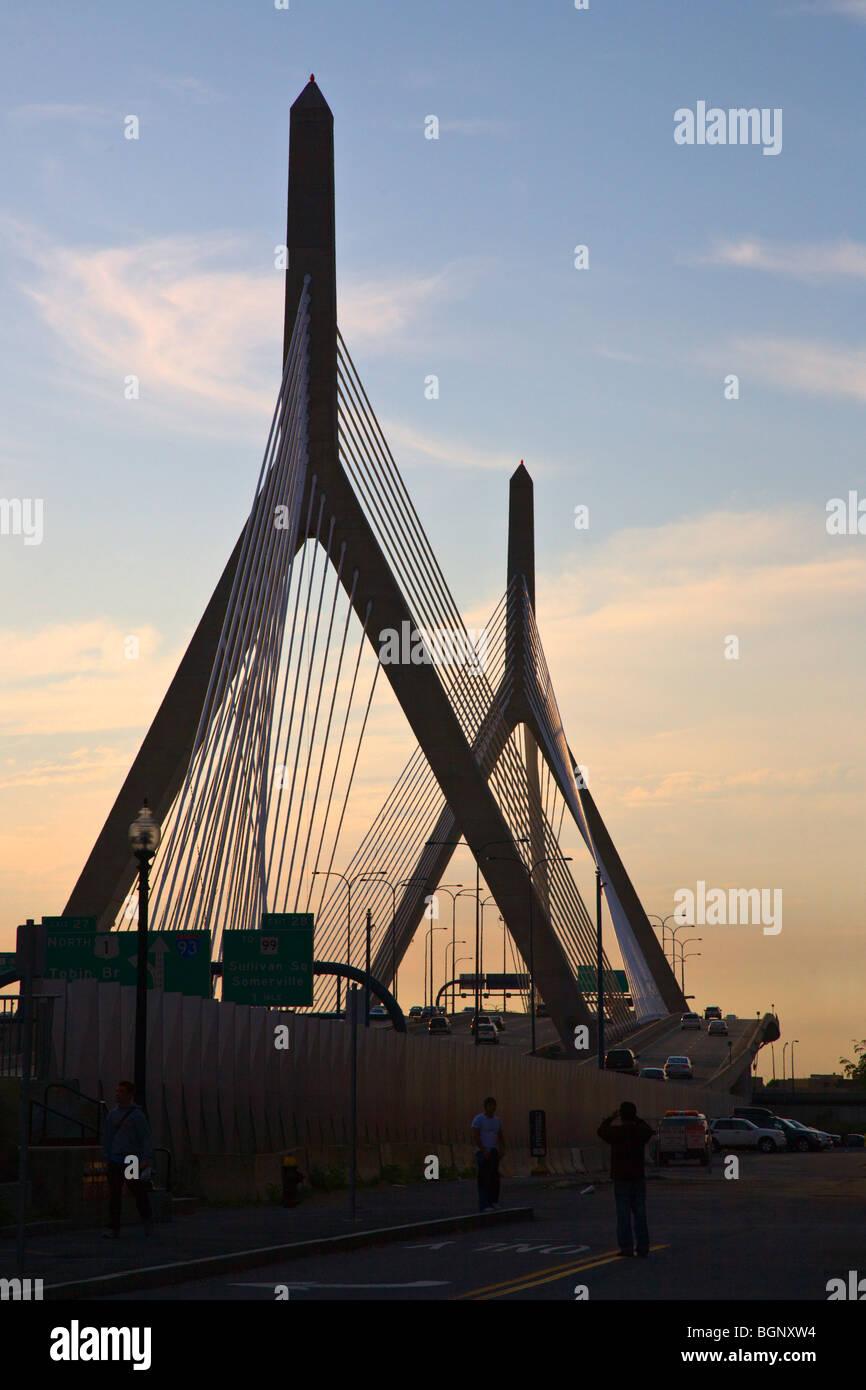 Il tramonto e il cavo alloggiato ZAKIM ponte che attraversa il fiume Charles - BOSTON, MASSACHUSETTS Immagini Stock