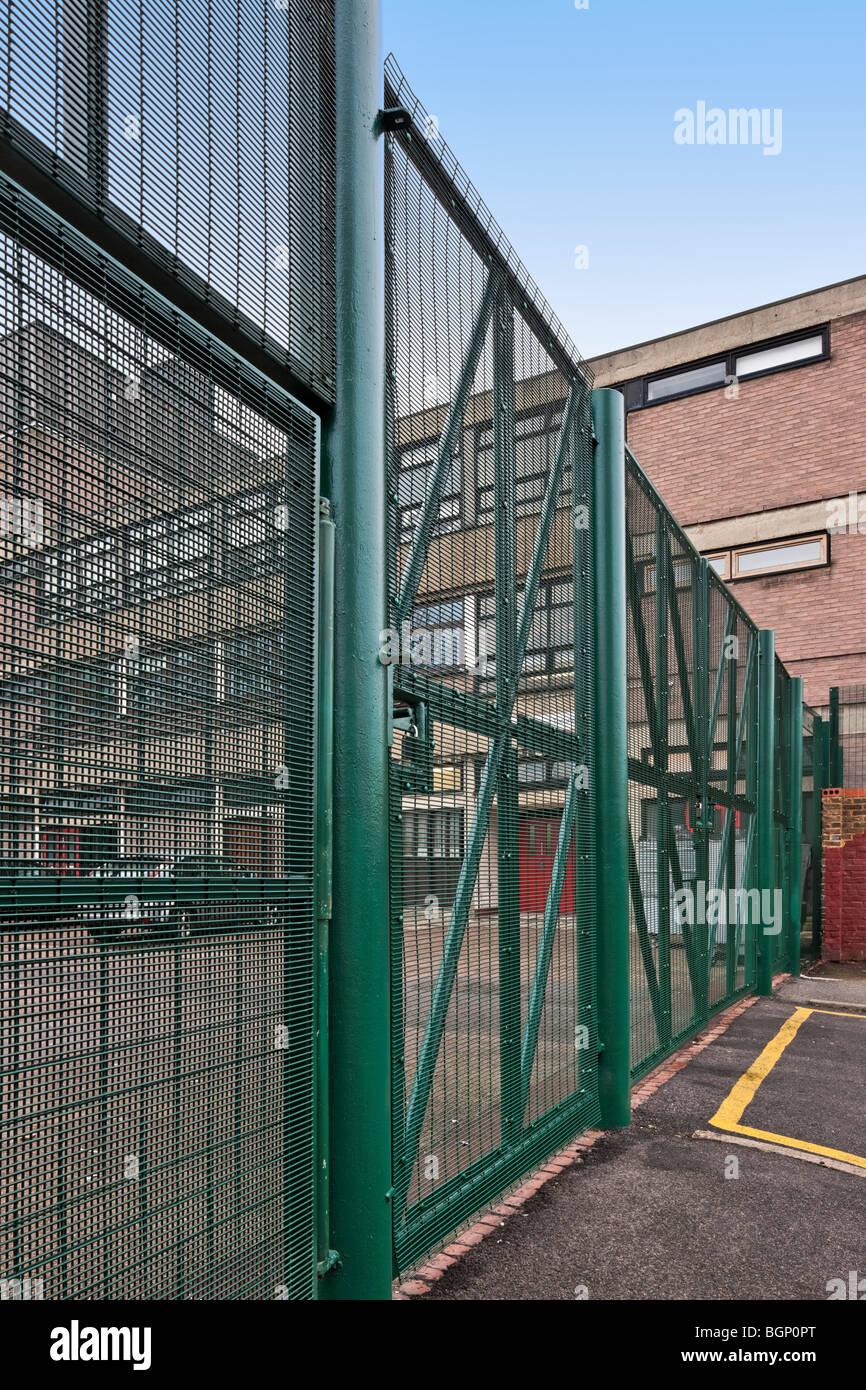 Alta la recinzione di sicurezza a Langdon Park School a Tower Hamlets, Londra. Immagini Stock
