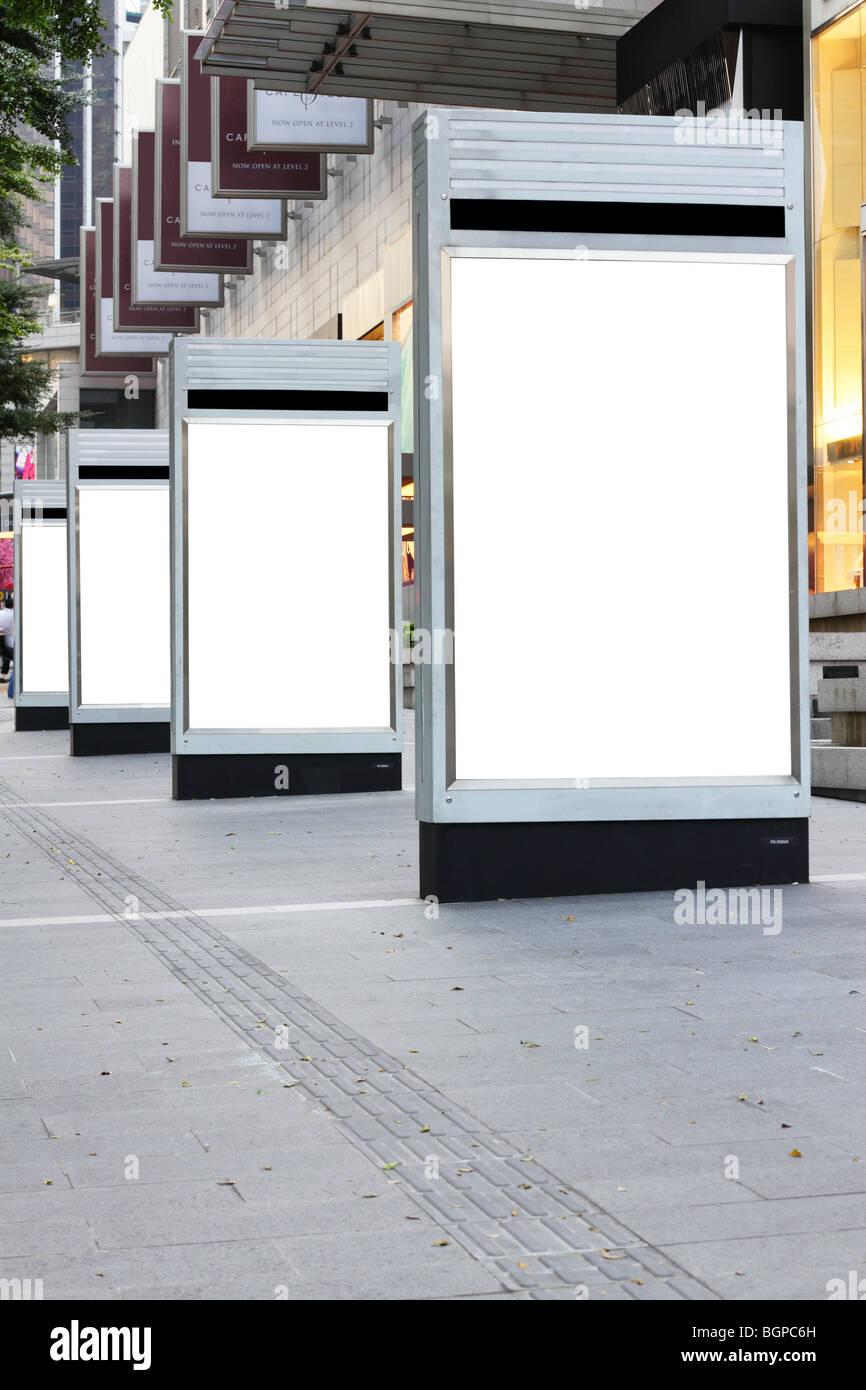 Cartelli di segnalazione vuota al di fuori di un complesso di negozi Foto Stock