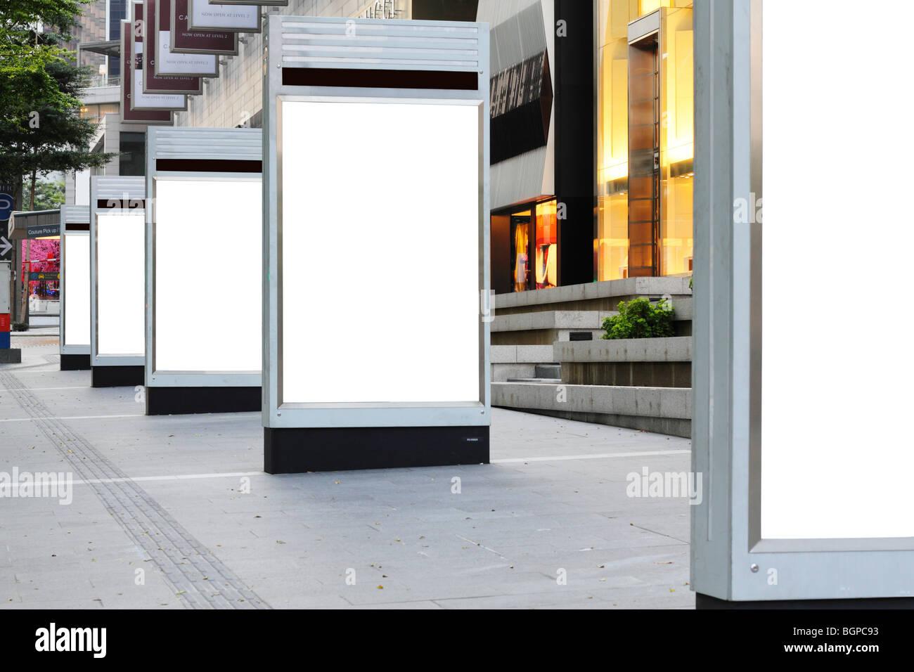 Cartelli di segnalazione vuota al di fuori di un complesso di negozi Immagini Stock