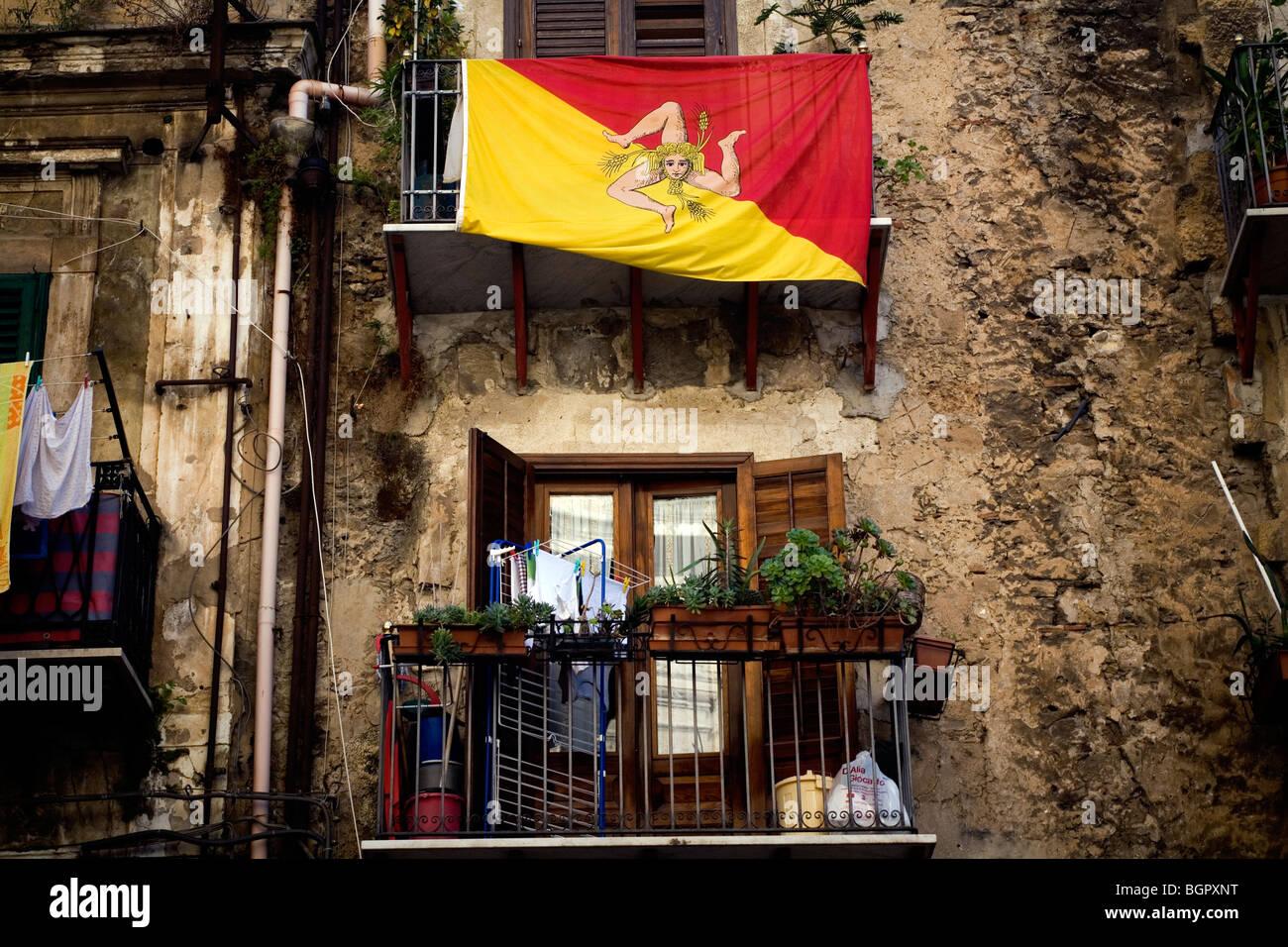 Bandiera siciliana su un balcone Palermo, Sicilia, Italia. Immagini Stock