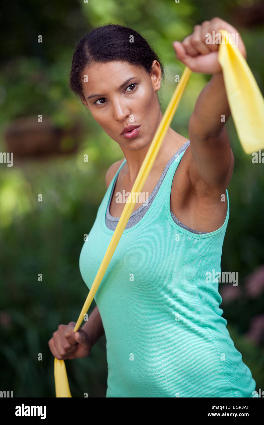 Giovane donna che esercitano in ambiente esterno. In verticale incorniciata shot. Immagini Stock