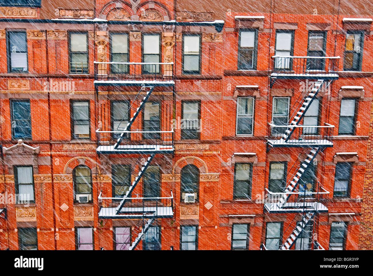 Tenement edifici di appartamenti nella città di New York durante l'inverno tempesta di neve. Immagini Stock