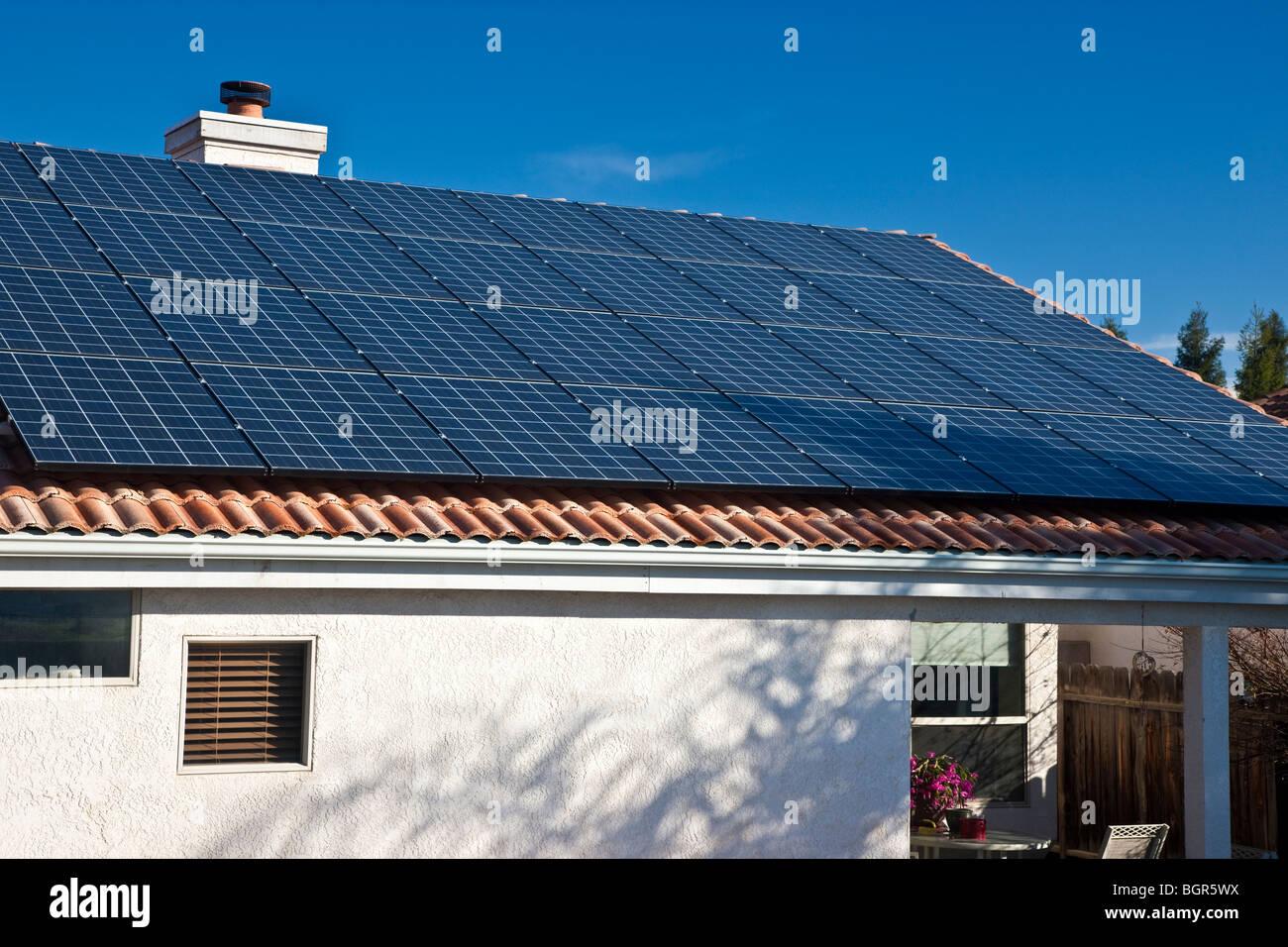 Solar Electric pannelli, residence tetto. Immagini Stock