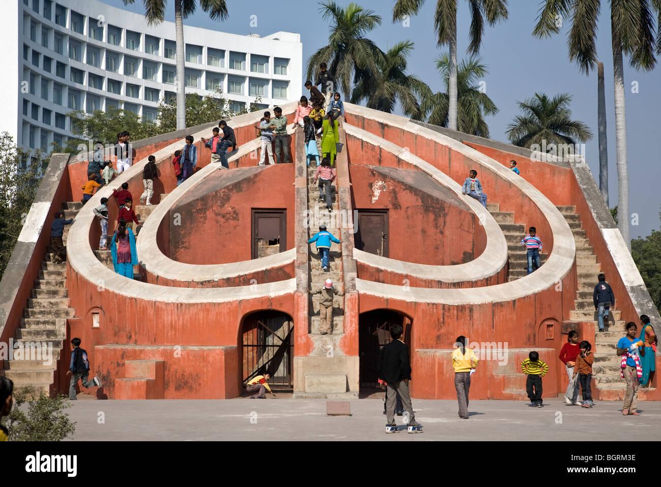 Popolo Indiano in visita Misra Yantra edificio. Jantar Mantar antico osservatorio. New Delhi. India Immagini Stock
