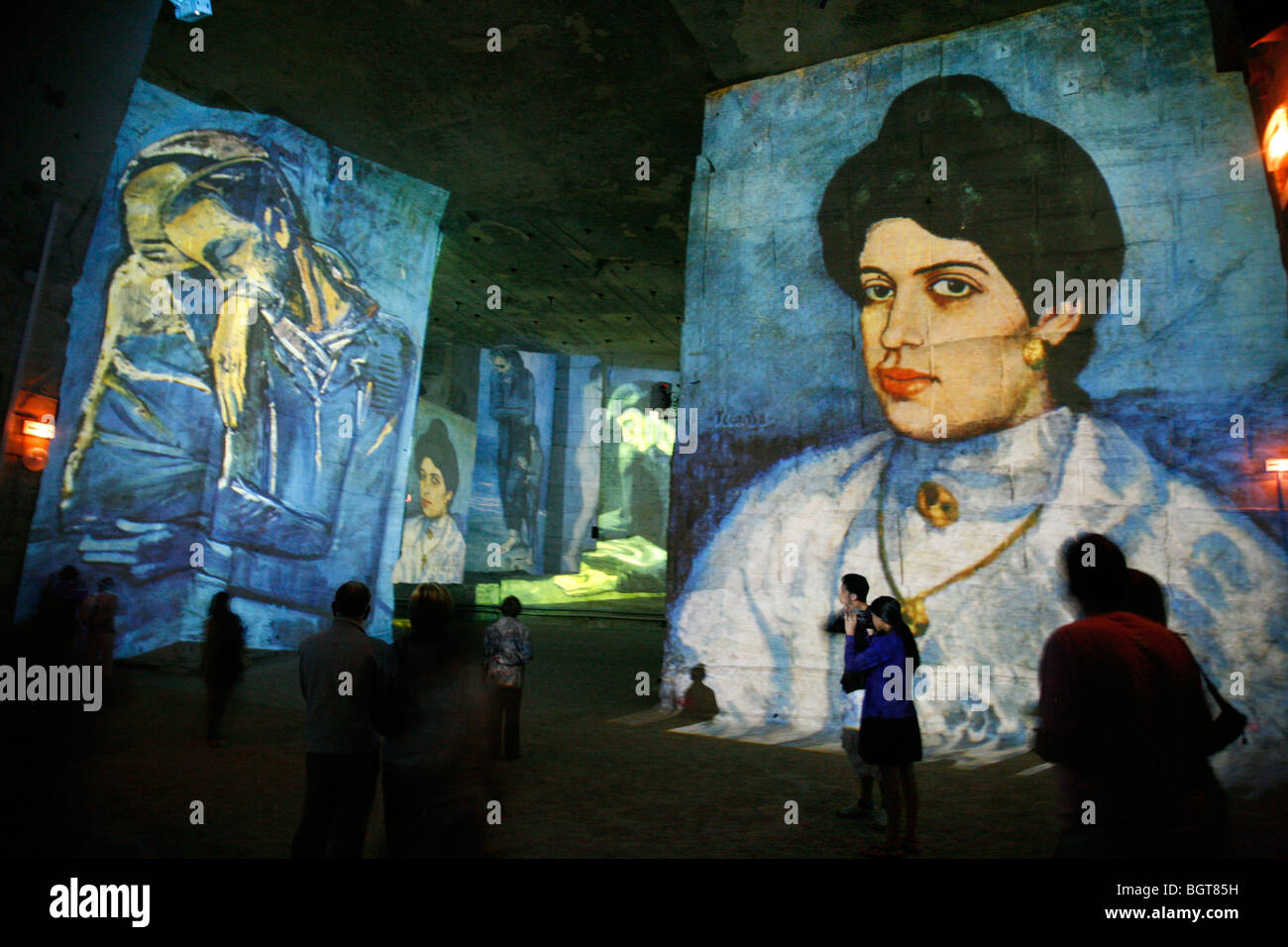 Spettacolo multimediale all'interno la Cathedrale des Images, Les Baux de Provence, Bouches-du-Rhone, Provenza, Immagini Stock