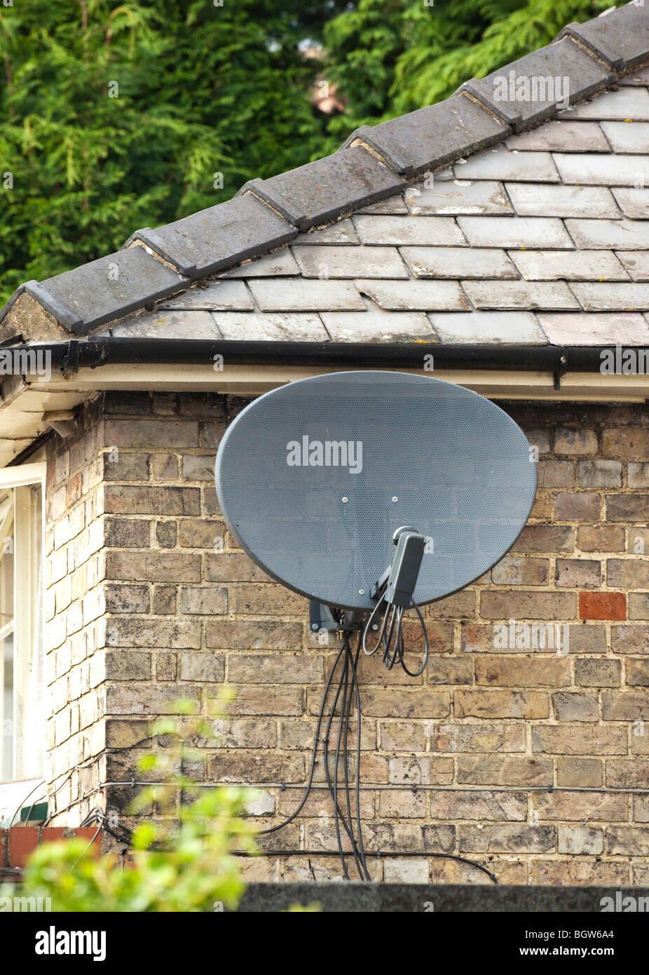 Sky digital tv via satellite dish Immagini Stock