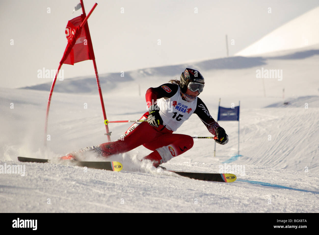 Gara di sci, atleta curva nei pressi del polo Immagini Stock