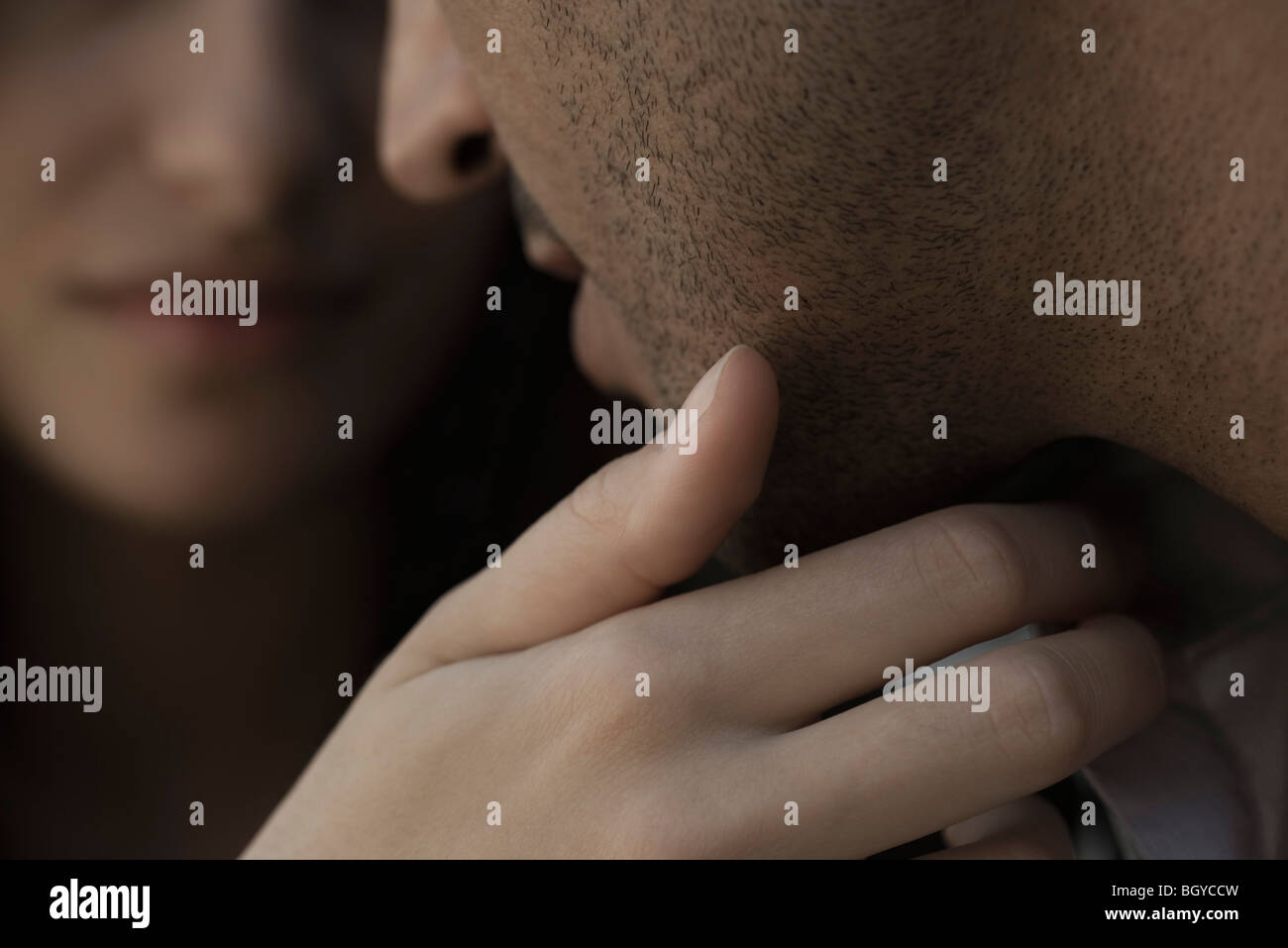 Donna Uomo accarezza la faccia unshaved, close-up Immagini Stock