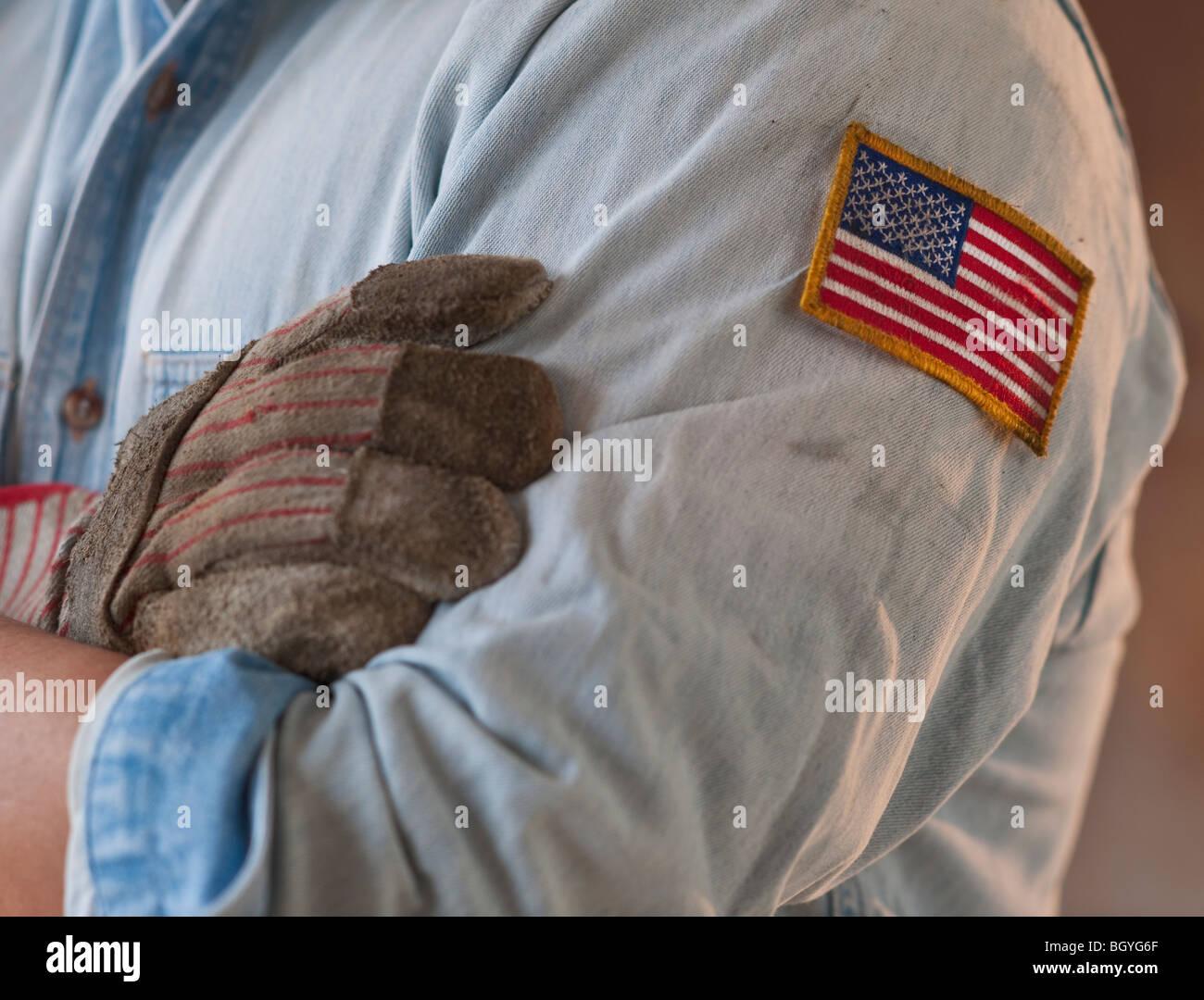 Collare blu lavorare indossando bandiera americana patch Immagini Stock