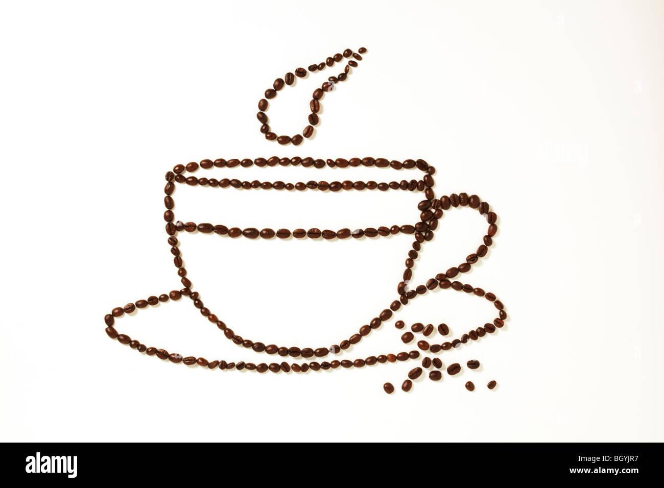 I chicchi di caffè in tazza di forma Immagini Stock