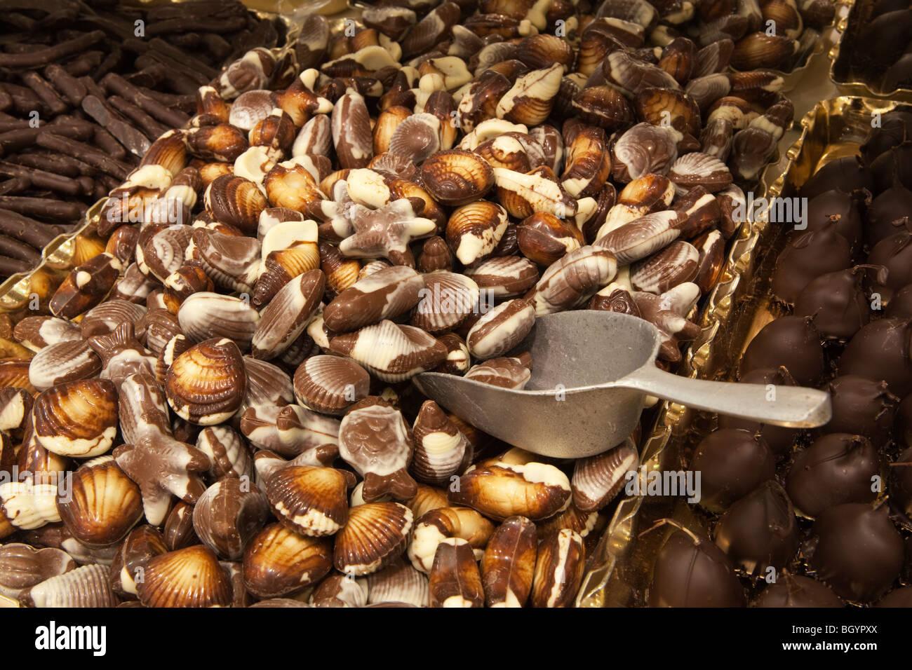 Visualizzazione della conchiglia belga cioccolatini con servizio scoop Foto Stock