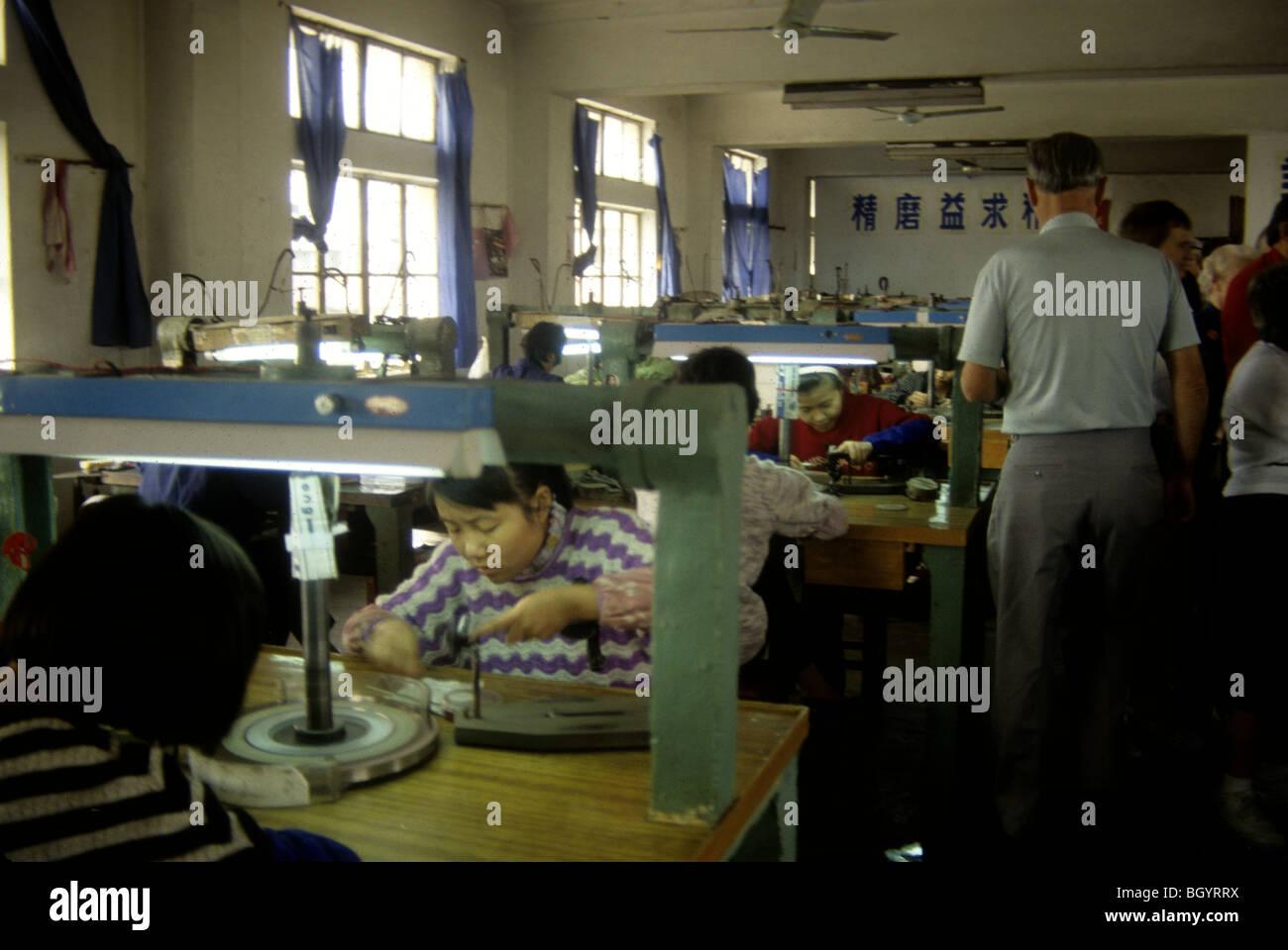 Lavoratori cinesi fanno fatto a mano le merci in ottobre 1992. Immagini Stock