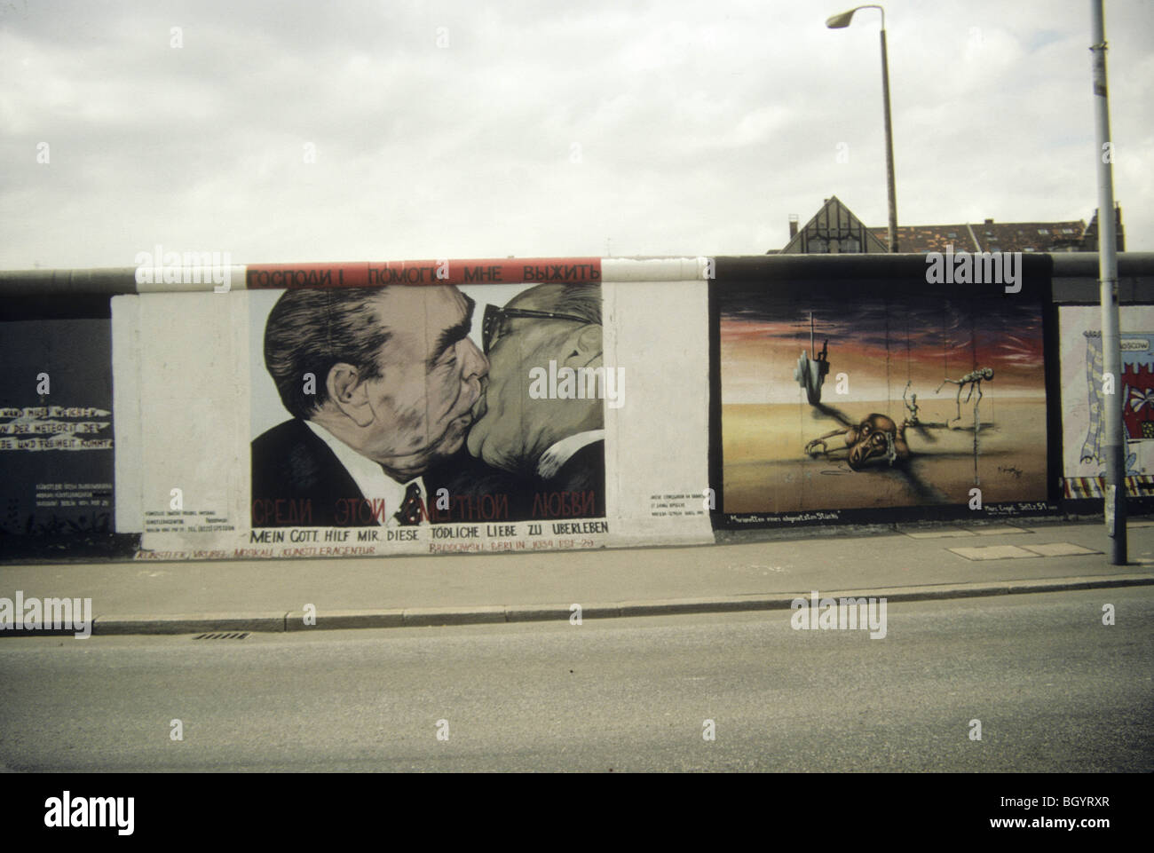 'Il bacio fraterno,' in galleria est sul muro di Berlino Immagini Stock