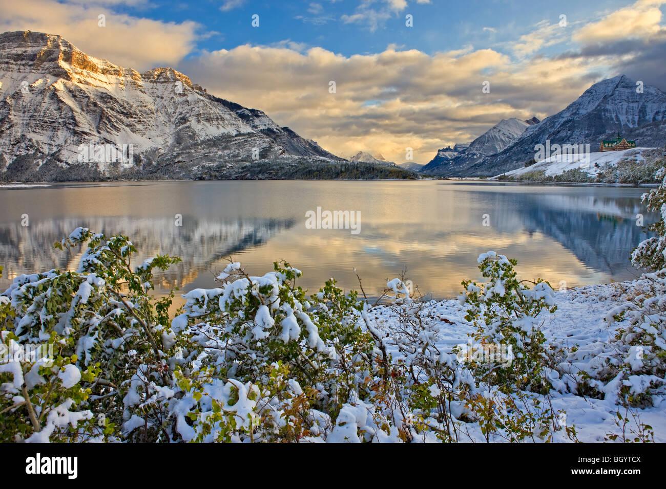 Prince of Wales Hotel di fronte Mt Vimy e affacciato sul centro lago di Waterton dopo la prima nevicata di inverno, Immagini Stock