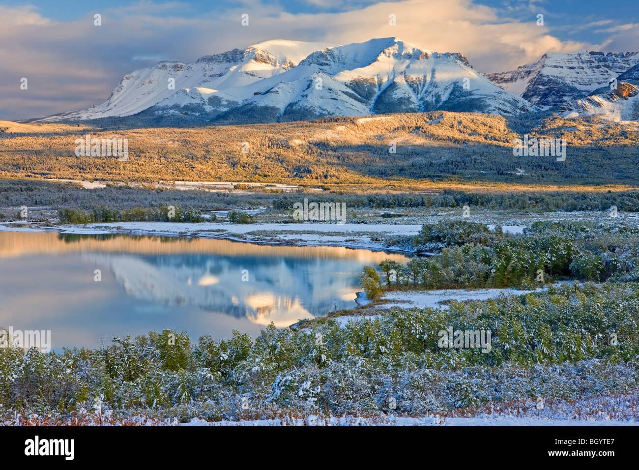 Abbassare Waterton il lago e le montagne del Parco Nazionale dei laghi di Waterton (un sito Patrimonio Mondiale Foto Stock