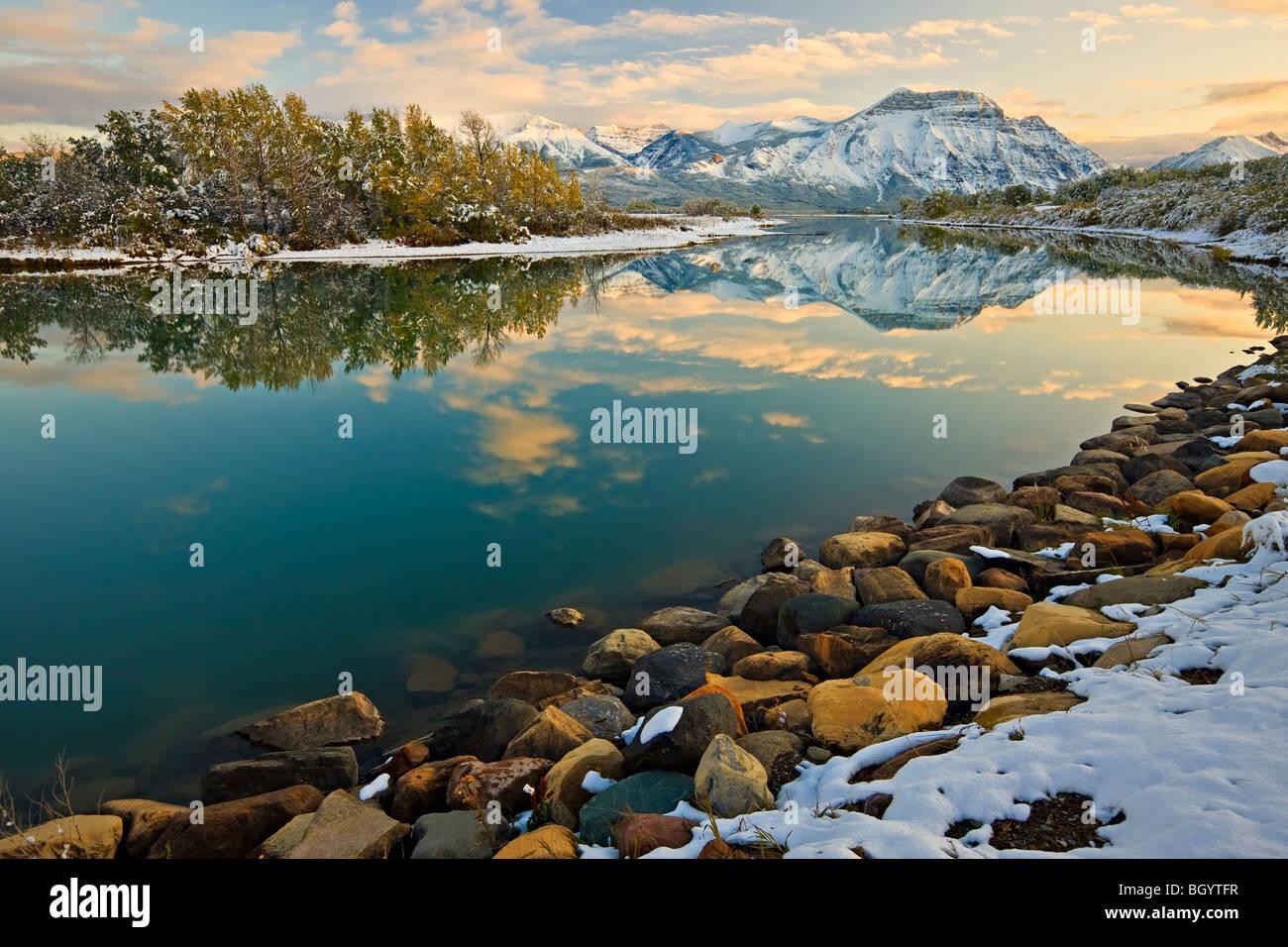 Le riflessioni di Mt Vimy sul basso Lago di Waterton (cavaliere del Lago) al tramonto nel Parco Nazionale dei laghi di Waterton (patrimonio mondiale dell UNESCO Foto Stock