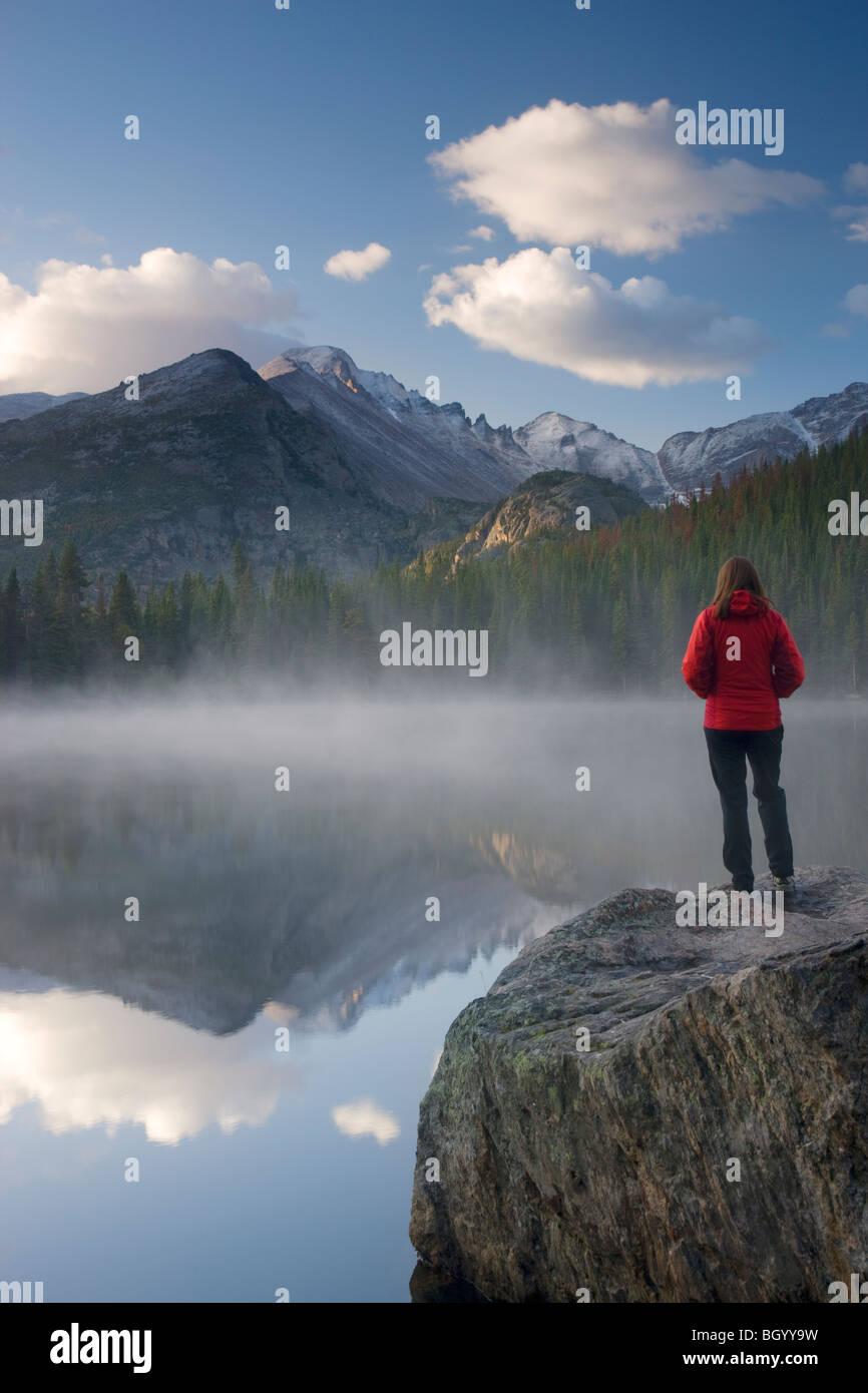Un escursionista presso Bear Lake, il Parco Nazionale delle Montagne Rocciose, Colorado. (Modello rilasciato) Immagini Stock