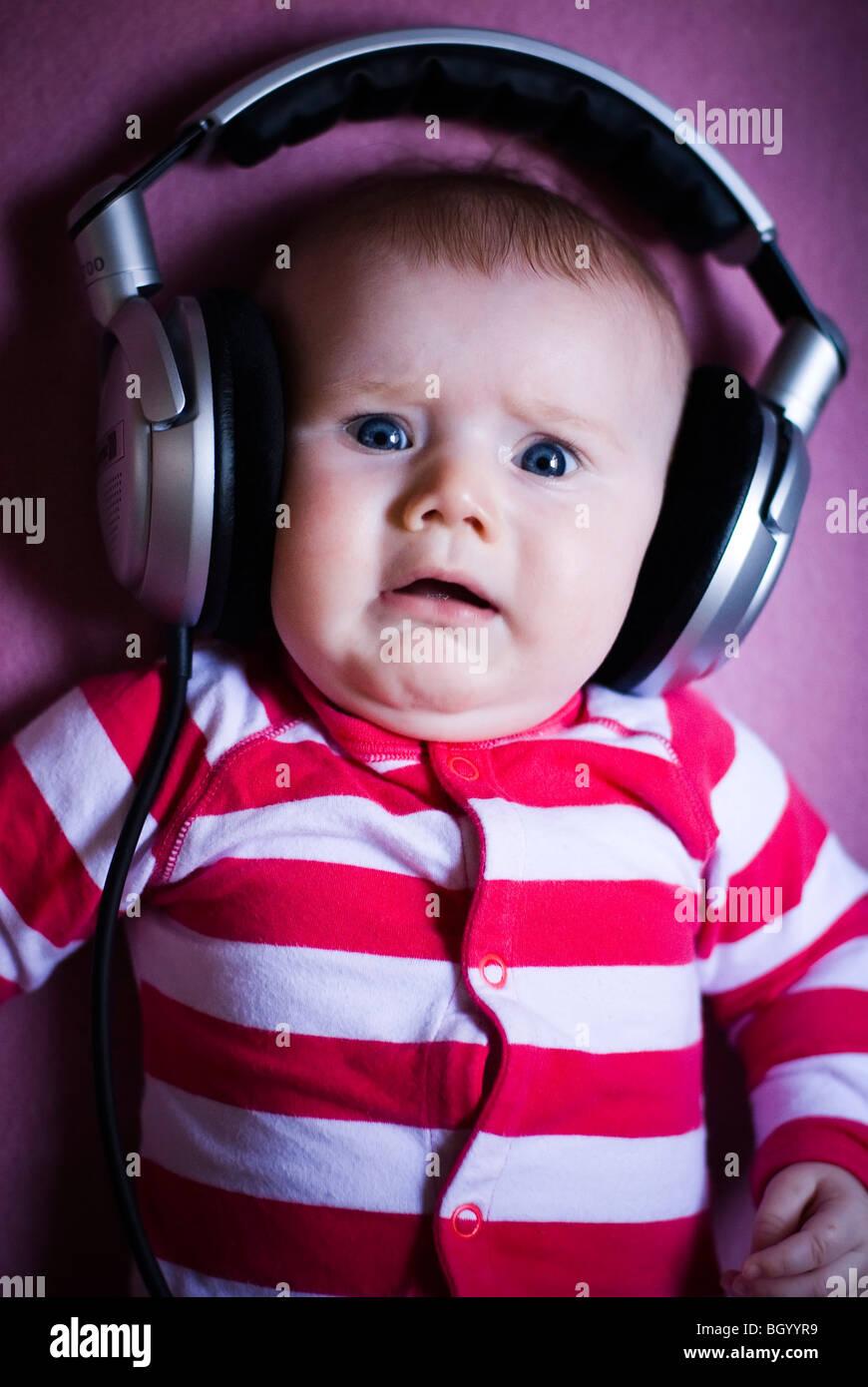 Baby indossando le cuffie Immagini Stock
