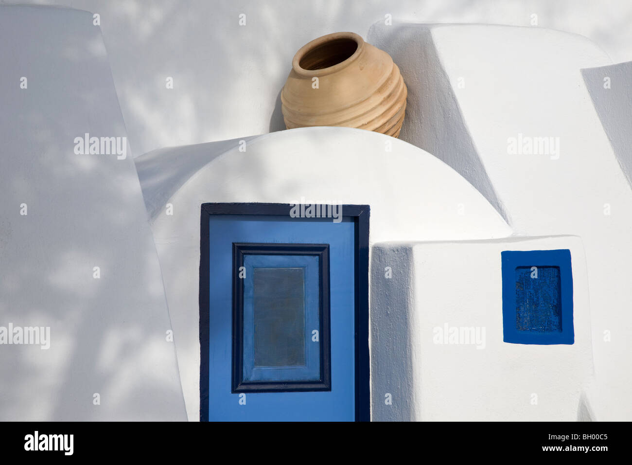 Tipica isola greca abitazione con blue porta e finestra e pentola di creta Immagini Stock