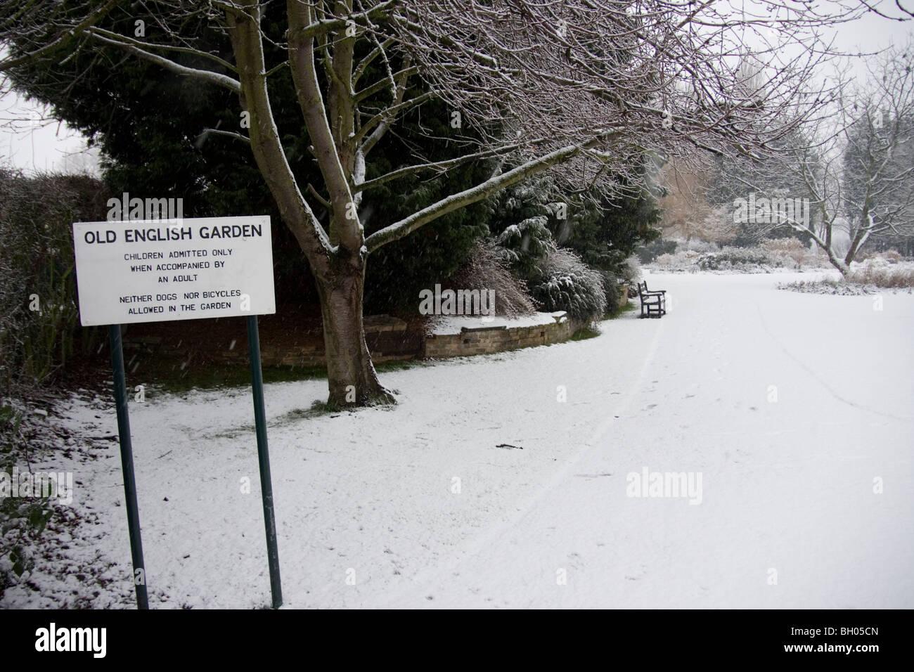 Il vecchio giardino inglese nella neve, Danson Park, Bexleyheath Immagini Stock