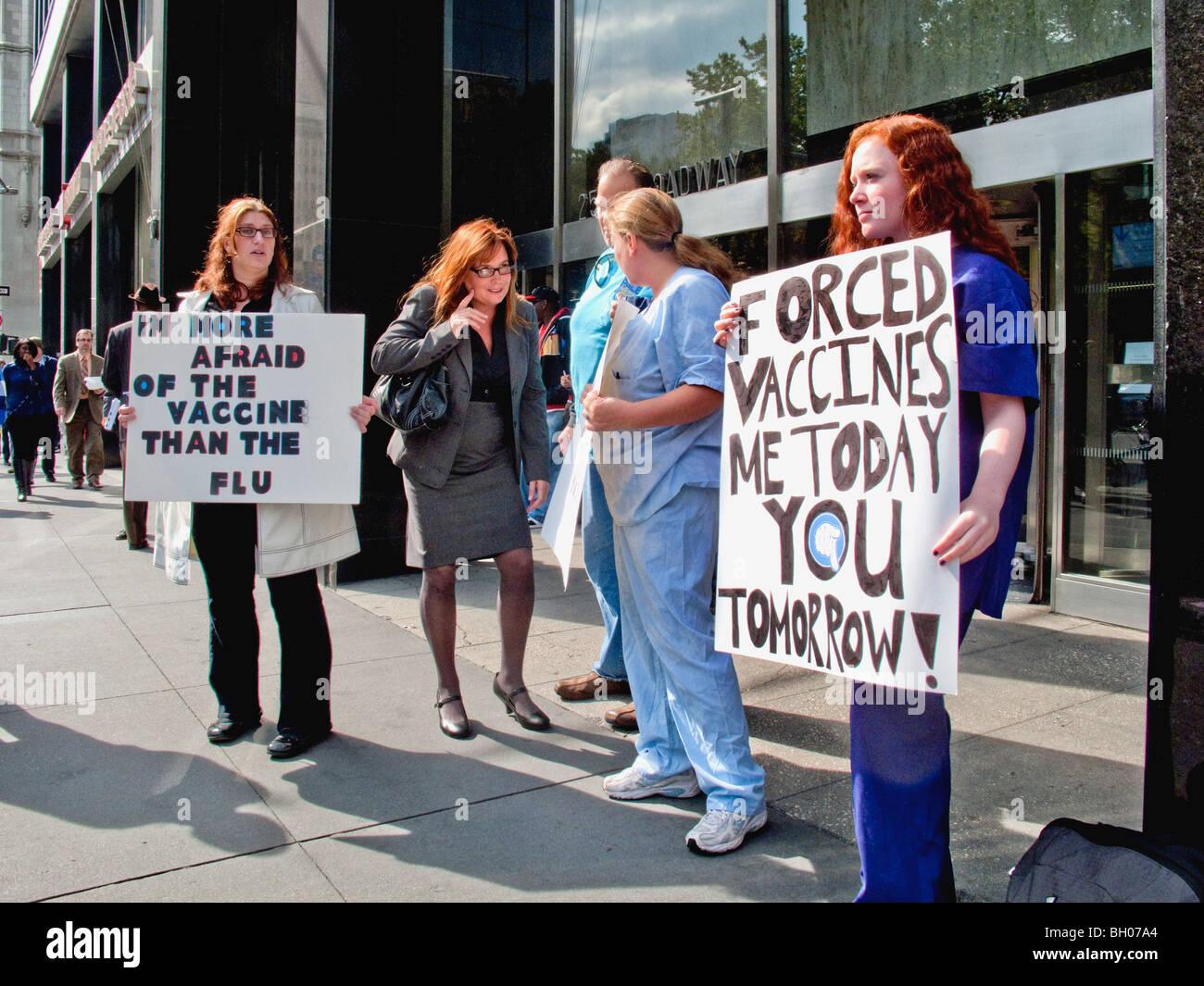 Gli operatori sanitari a NY Clinica Città di tenere un marciapiede protesta contro le vaccinazioni obbligatorie Immagini Stock