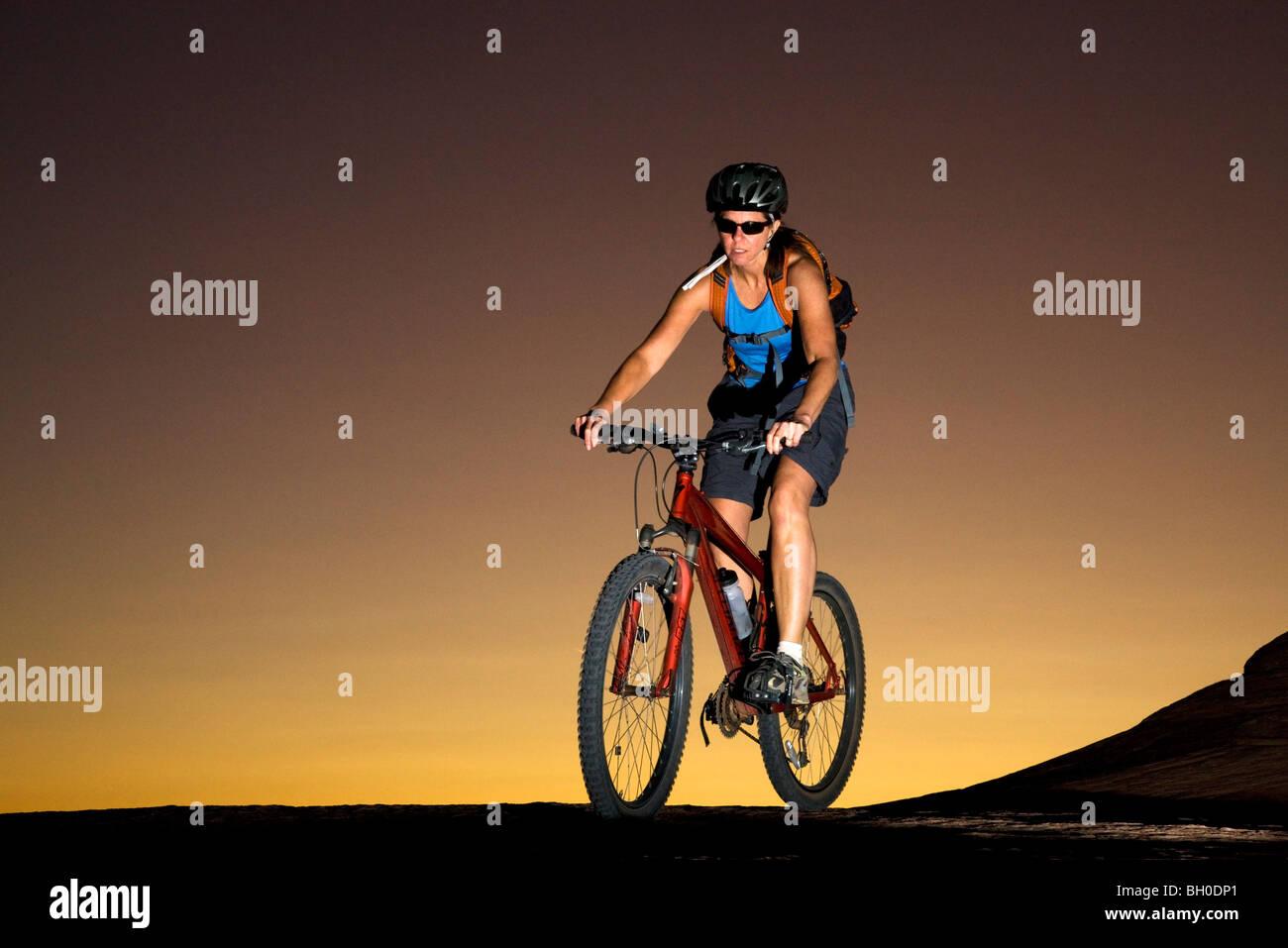 Mountain bike il famoso sentiero Slickrock, Moab, Utah. (Modello rilasciato) Immagini Stock