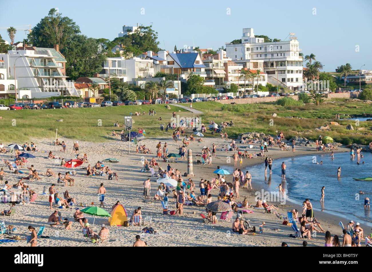 Uruguay. La gente a prendere il sole a Punta Gorda spiaggia di Montevideo, Immagini Stock