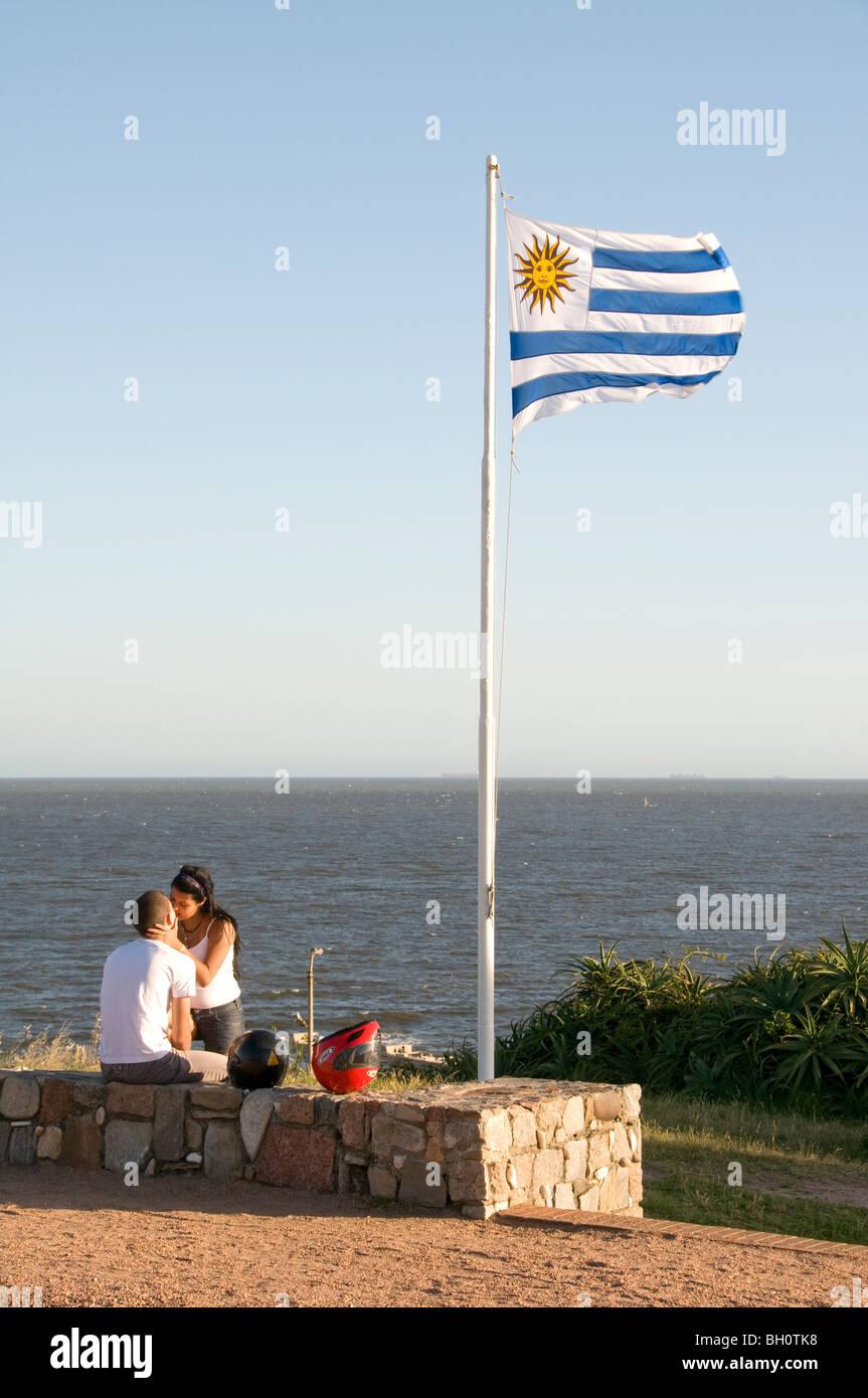 Uruguay. Coppia giovane kissing a Punta Gorda spiaggia di Montevideo, Immagini Stock