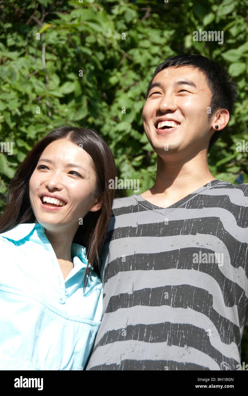 Coppia giovane di etnia asiatica in Assiniboine Park, Winnipeg, Manitoba, Canada Immagini Stock