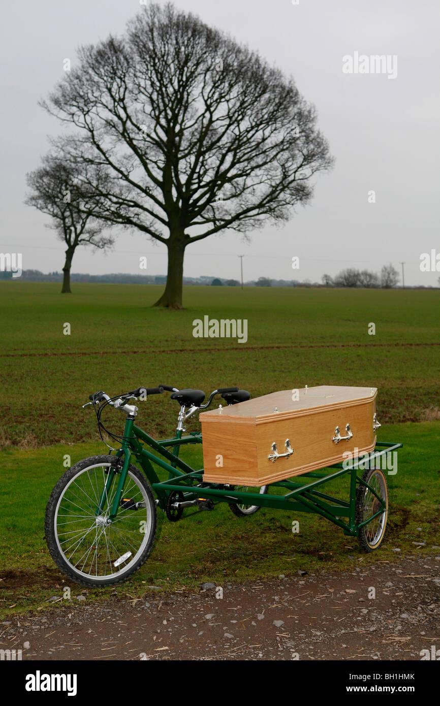Funerali verde bicicletta funebre funebre su una bicicletta funerali  economici ecocompatibili bara funebre su una bicicletta Foto stock - Alamy